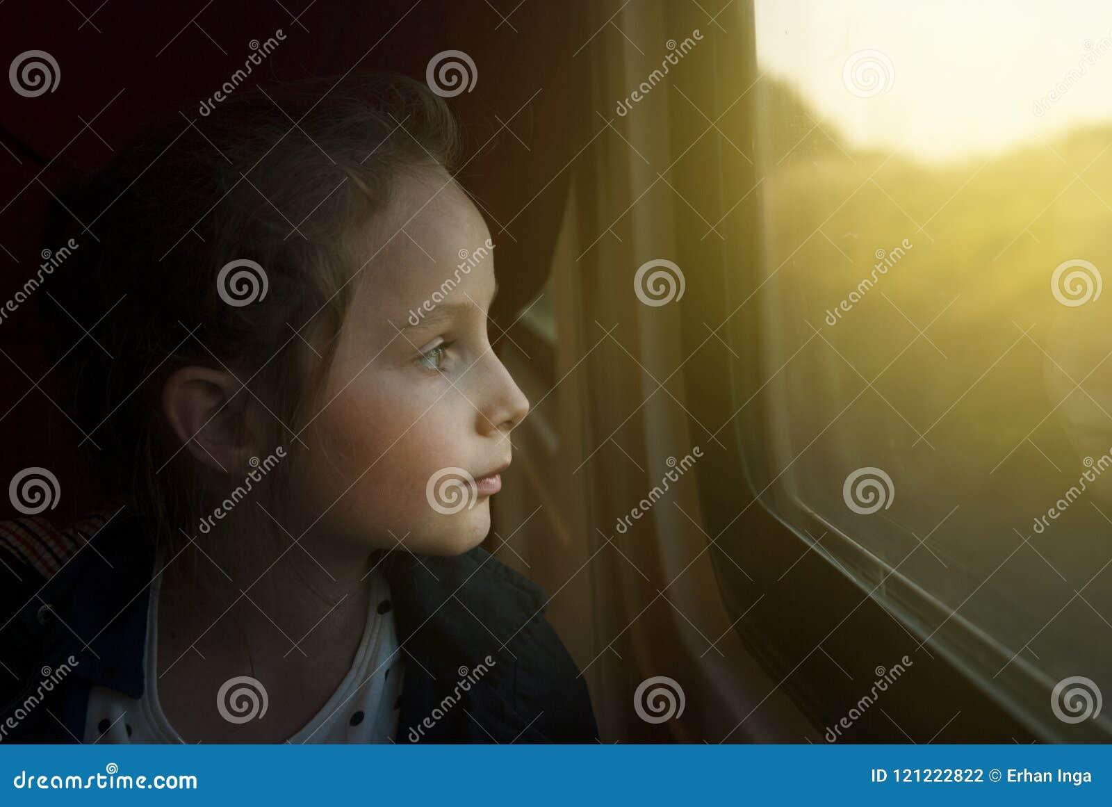 Wijnoogst mage van Meisje het kijken door venster wordt gestemd dat Zij reist op een spoorwegtrein De ruimte van het exemplaar