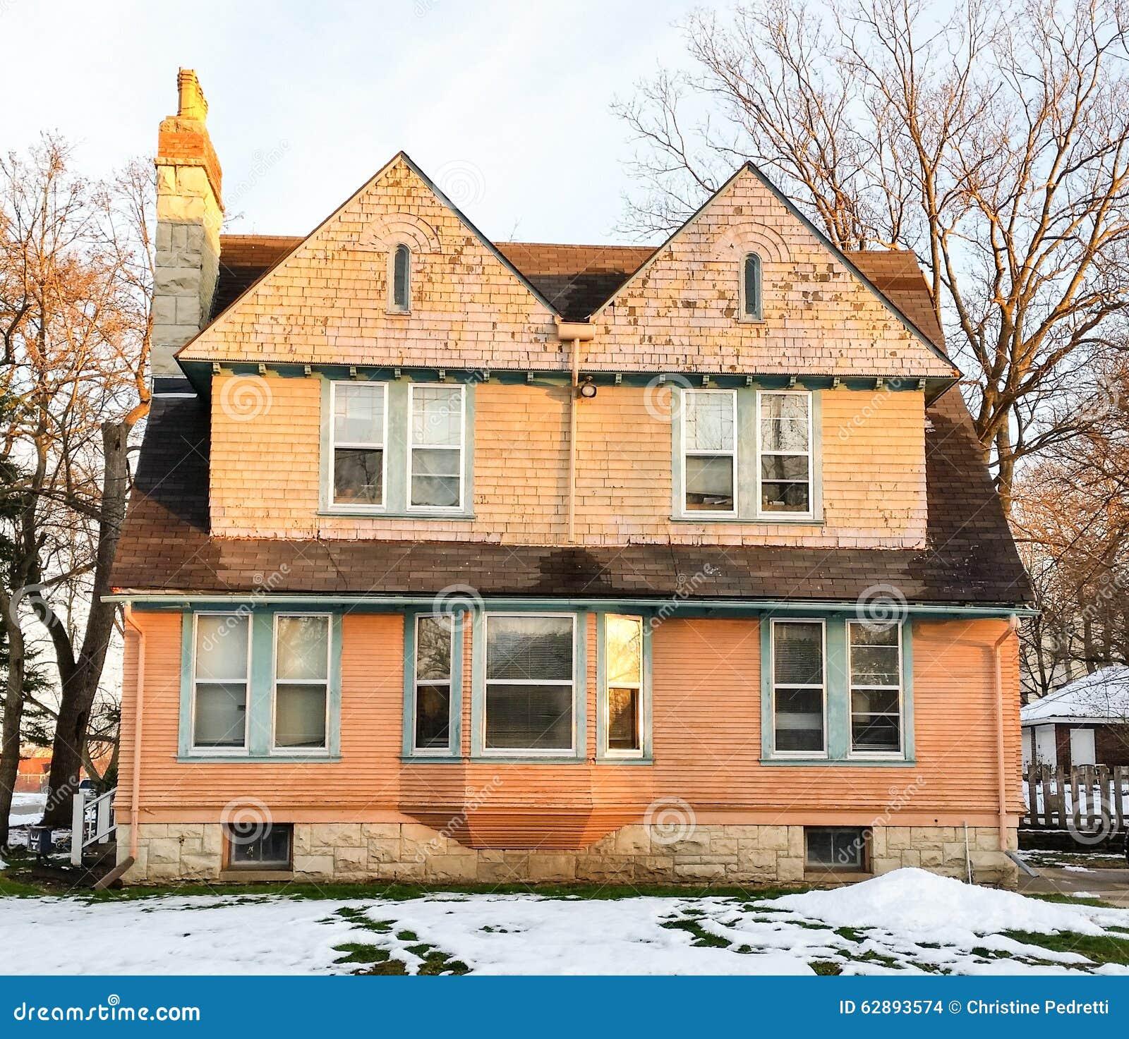 Wiktoriański dom na pogodnym zima dniu