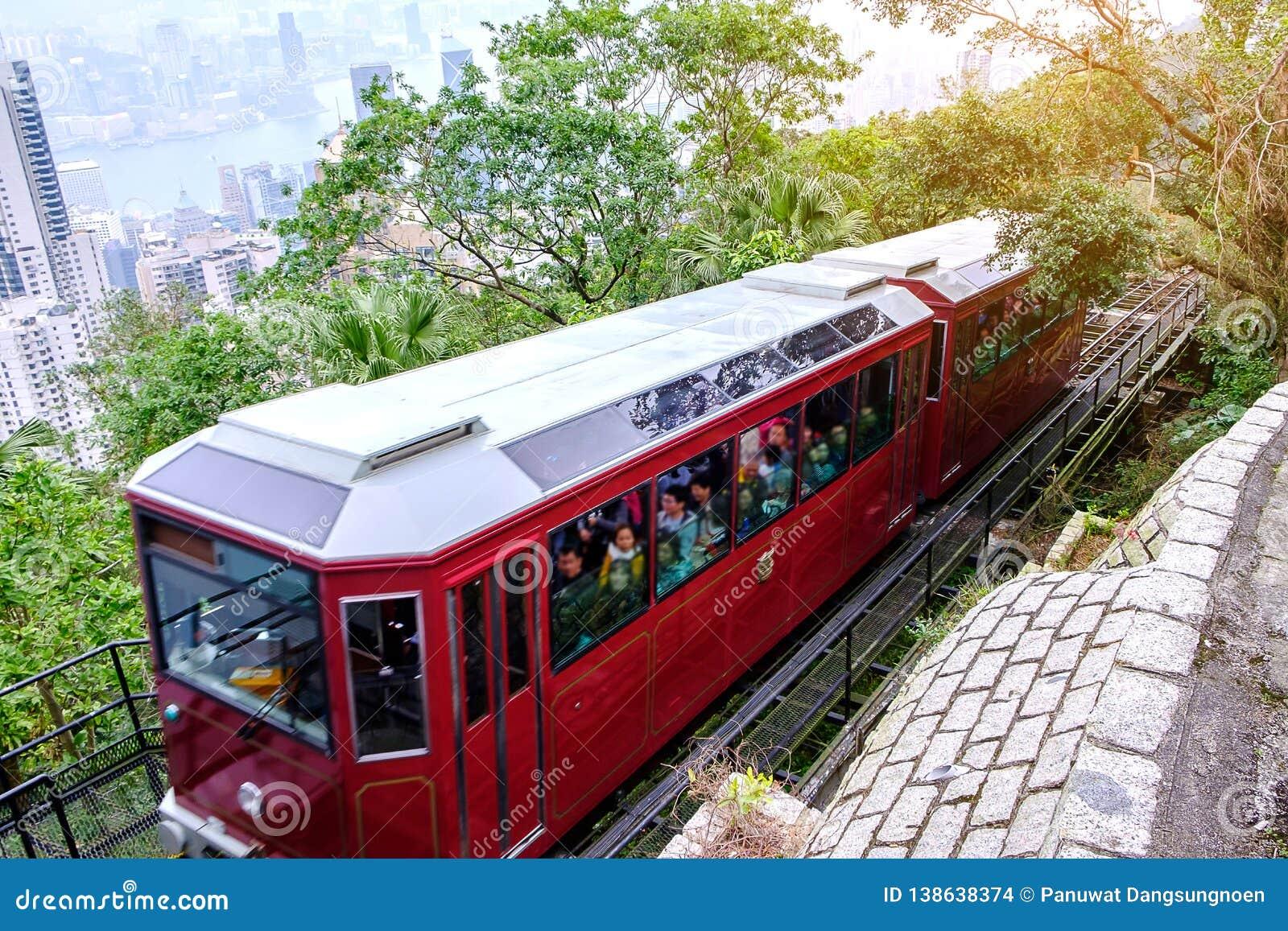 Wiktoria Osiąga szczyt Tramwajowych i niezidentyfikowanych ludzi z Hong Kong miasta linia horyzontu tłem punkt zwrotny i miejsce