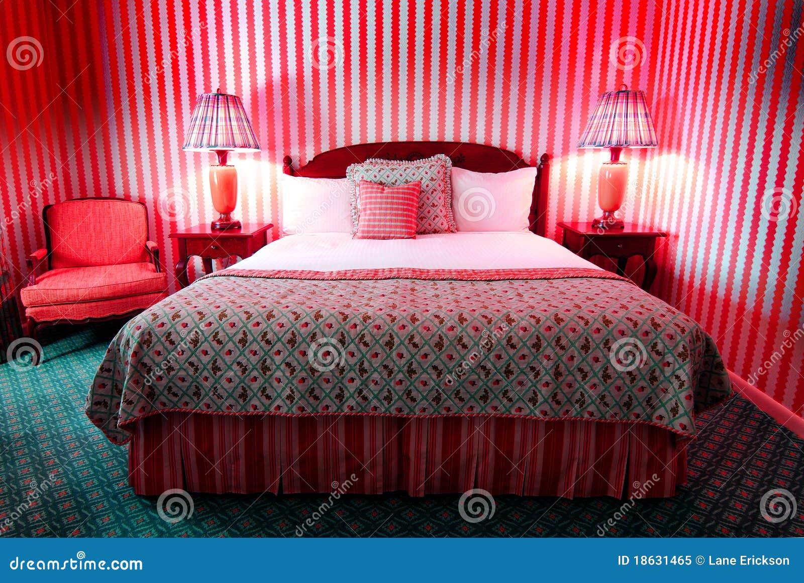 Wilde Rode Slaapkamer stock afbeelding. Afbeelding bestaande uit ...