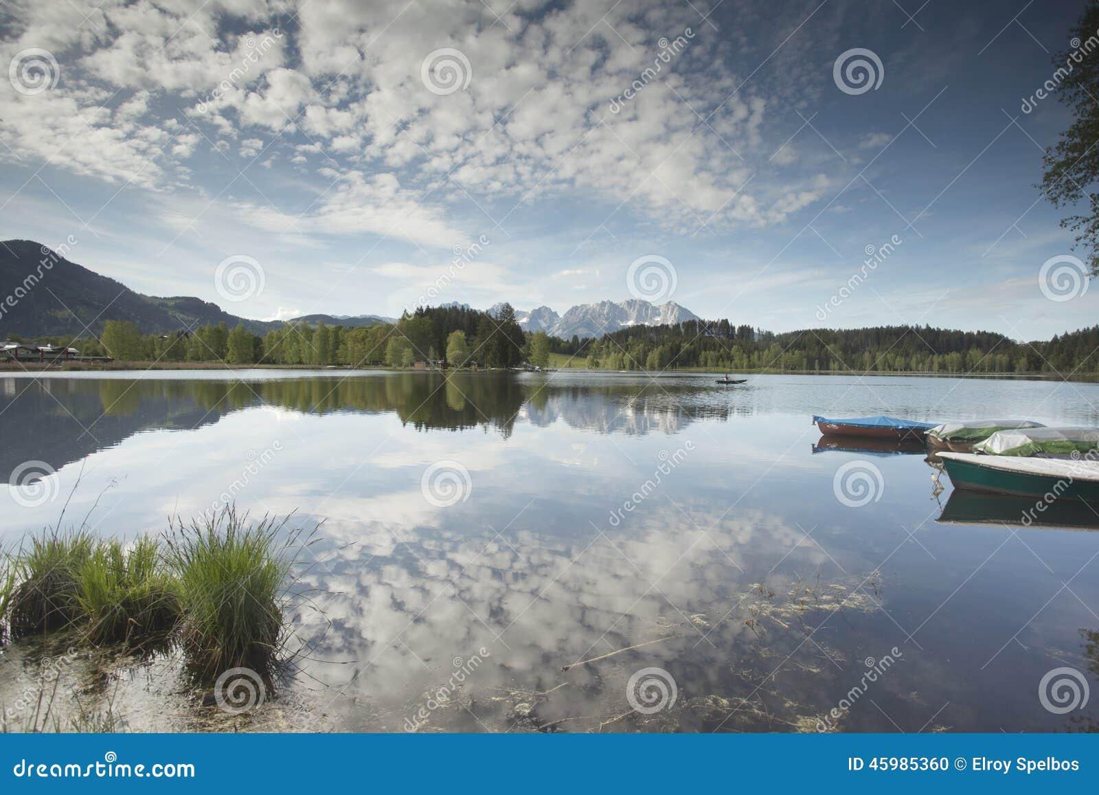 Wilder Kaiser-bergketen in een bergmeer dat wordt weerspiegeld