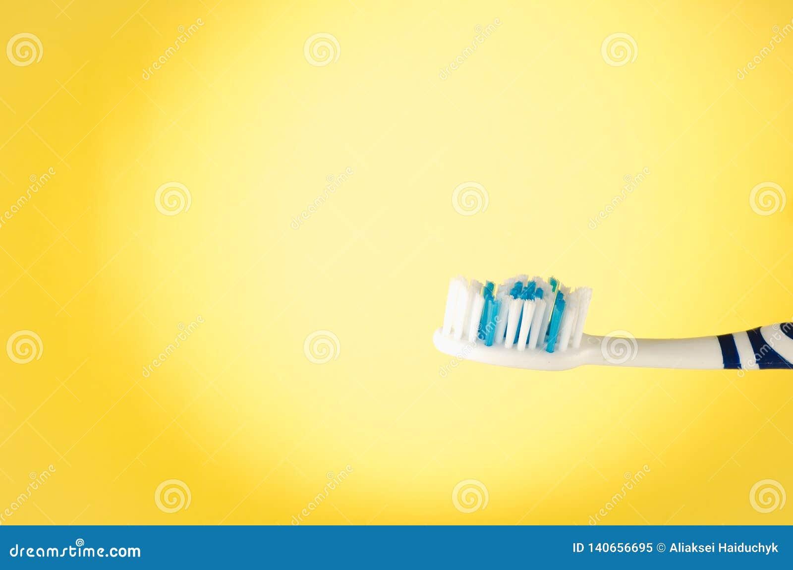 Wilgotny toothbrush na żółtym tle z kopii przestrzenią