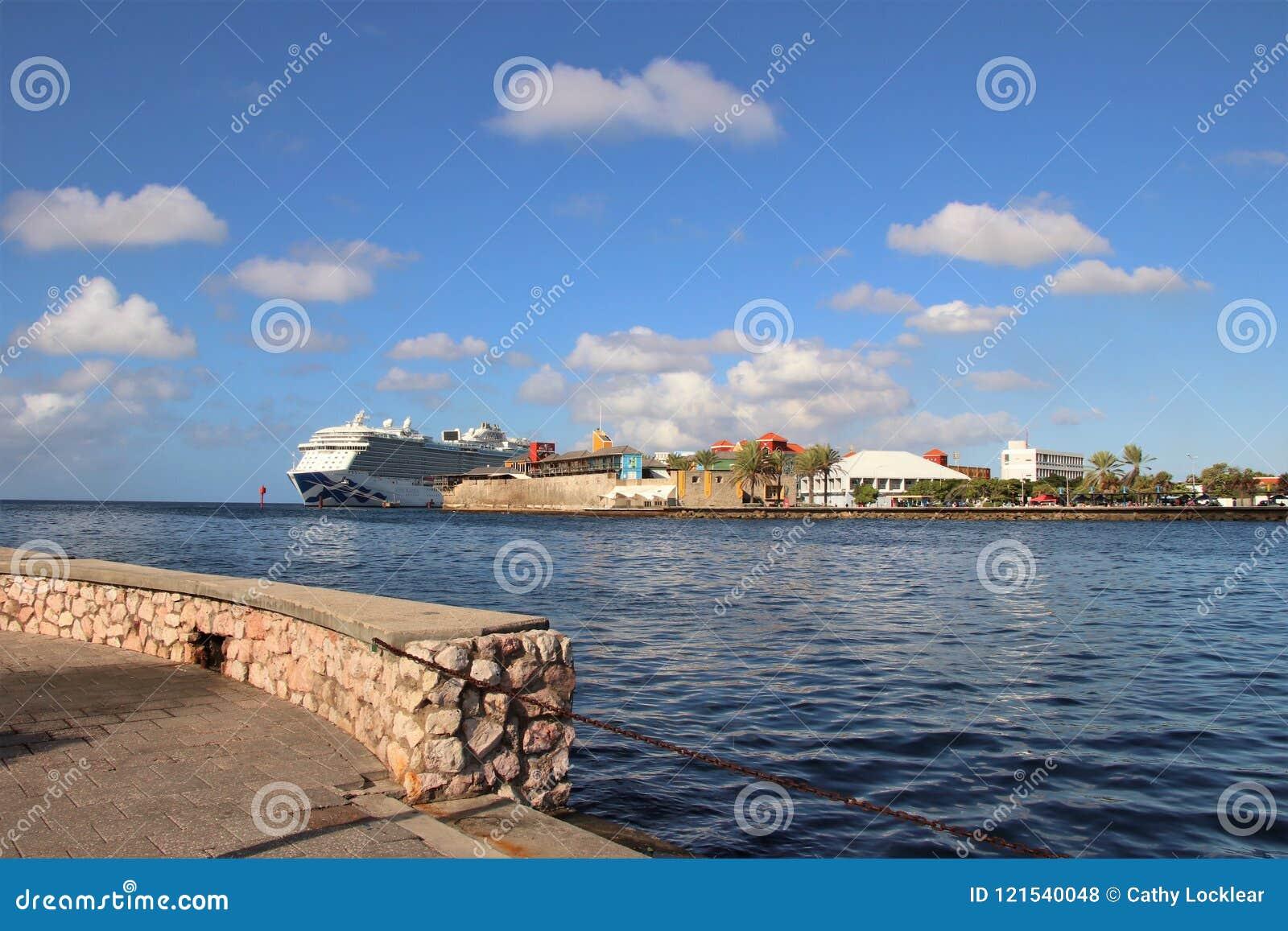 Willemstad, Curaçao -12/17/17: Barco de cruceros real de la princesa atracado en Curaçao