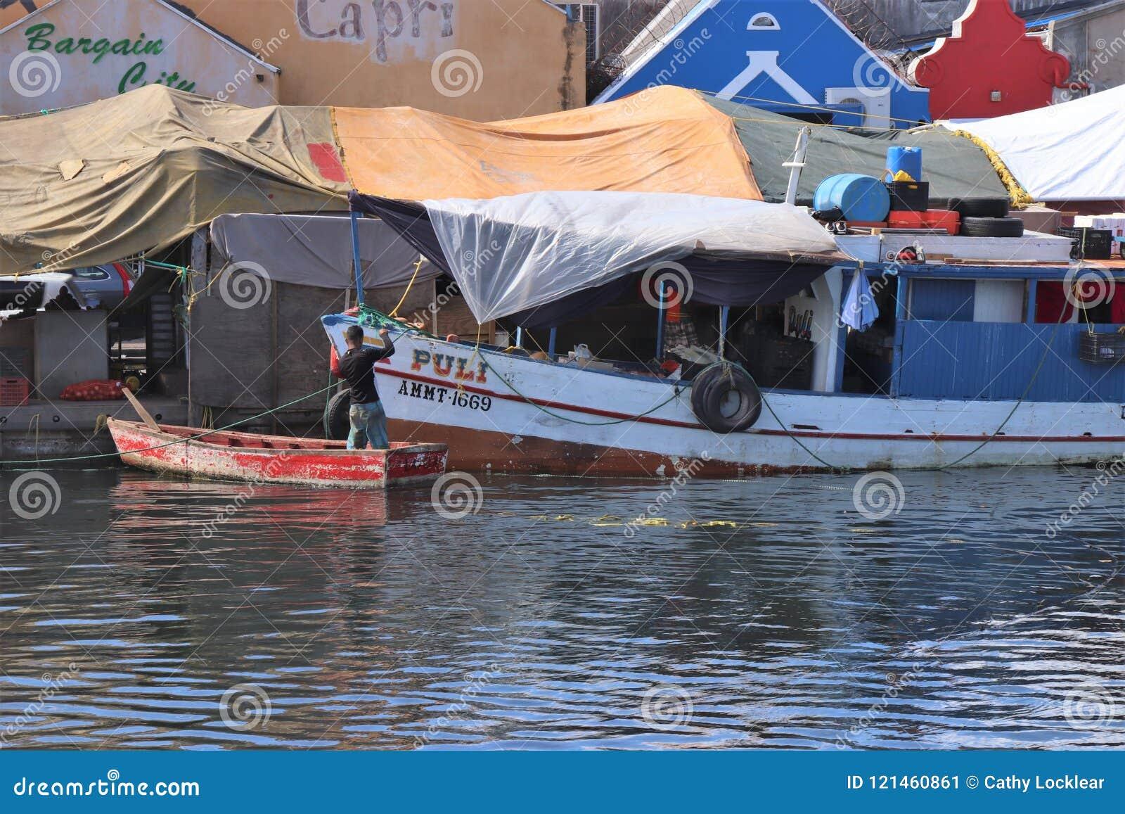 Willemstad, Curaçao - 12/17/17: Barcos en el mercado flotante en Curaçao