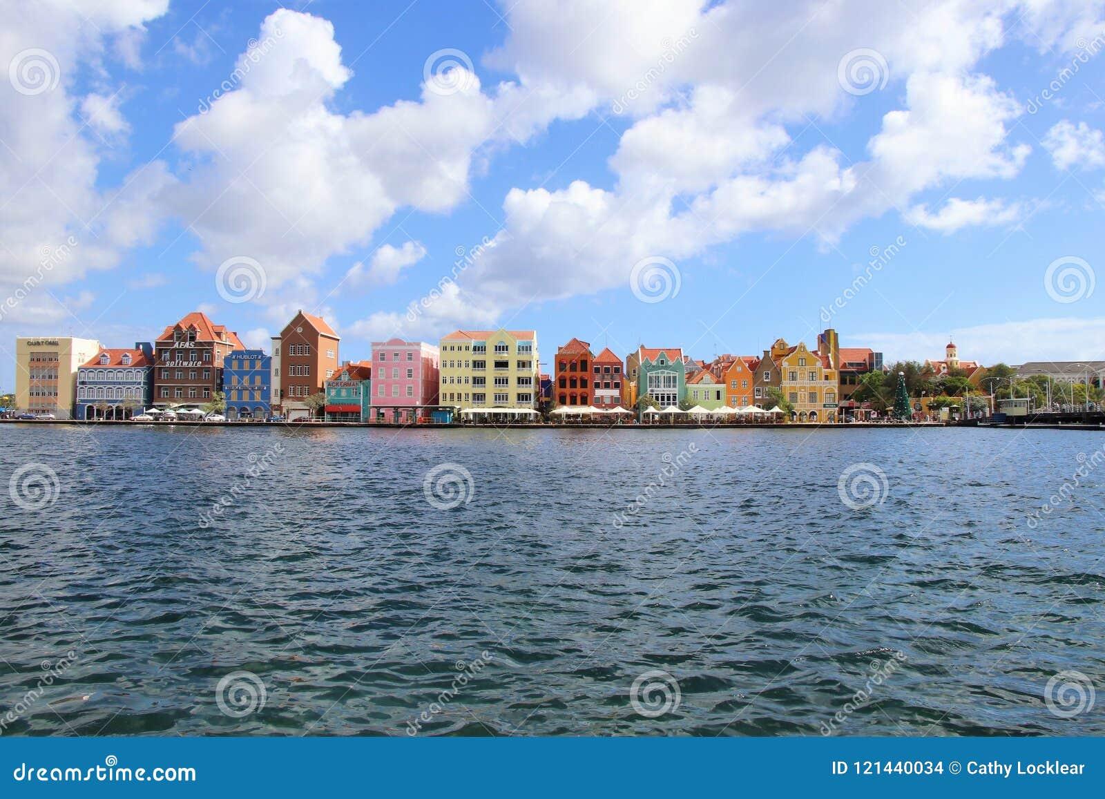 Willemstad, Curaçao - 12/17/17: Willemstad céntrico colorido, Curaçao, en el Netherland Antillas