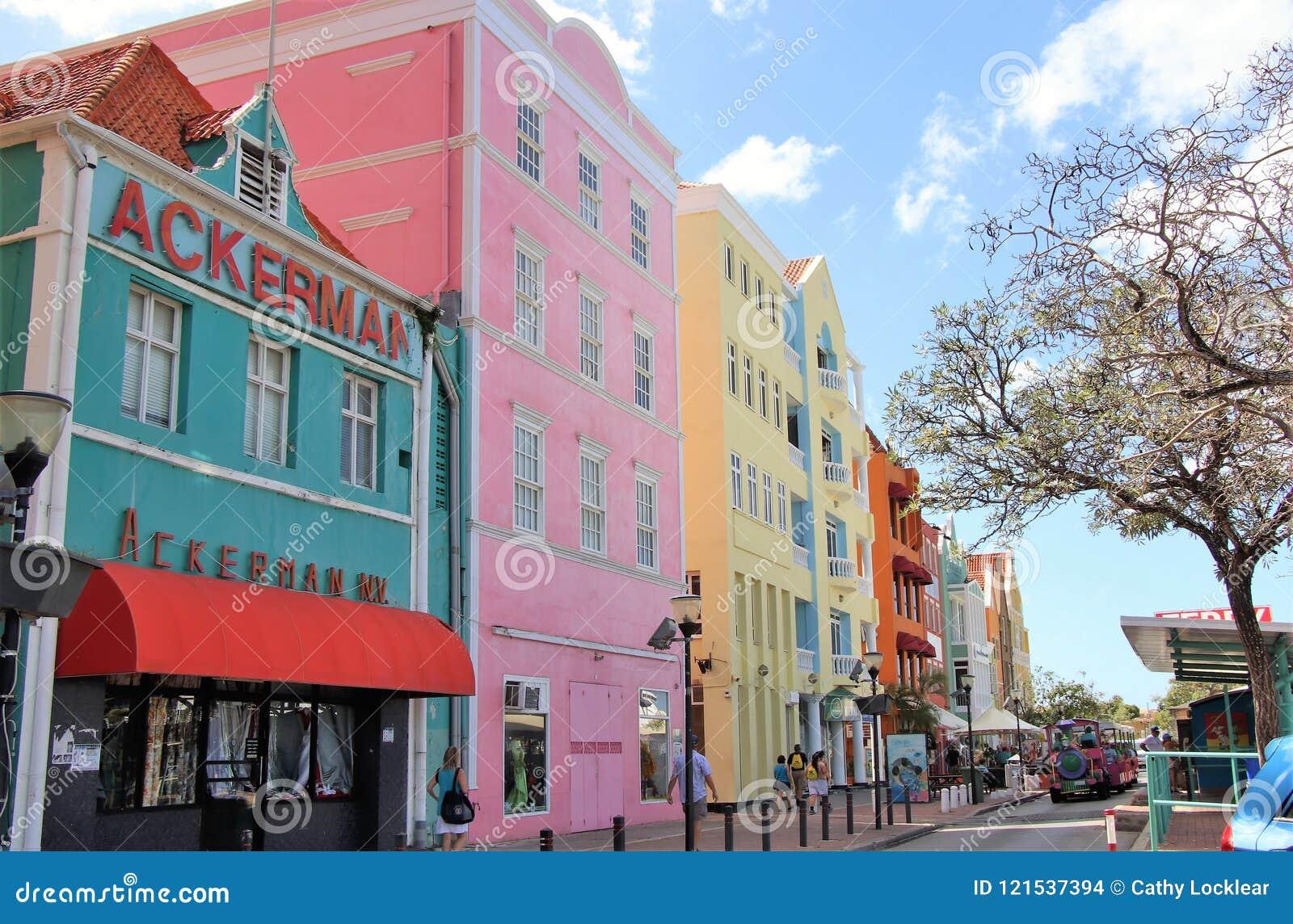 Willemstad, Curaçao - 12/17/17: Edificios coloridos en Willemstan céntrico, Curaçao