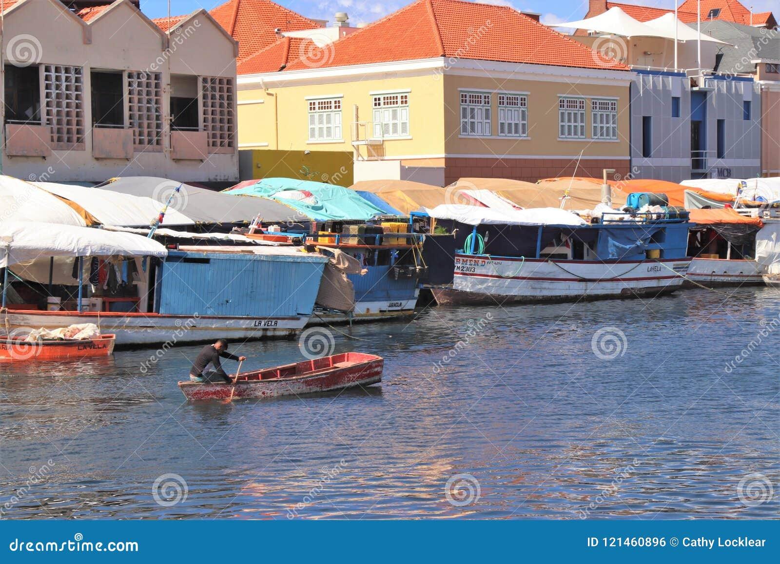 Willemstad, Curaçao - 12/17/17: Mercado flotante colorido en Curaçao