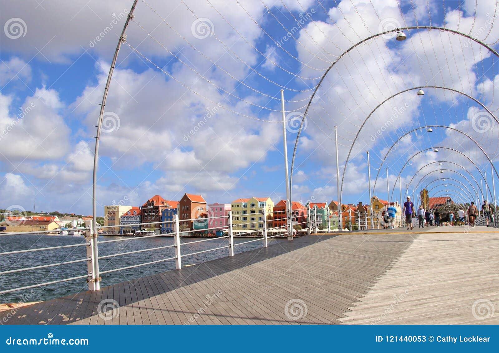 Willemstad, Curaçao - 12/17/17: Reina Emma Pontoon Bridge en Willemstad, Curaçao, en el Netherland Antillas