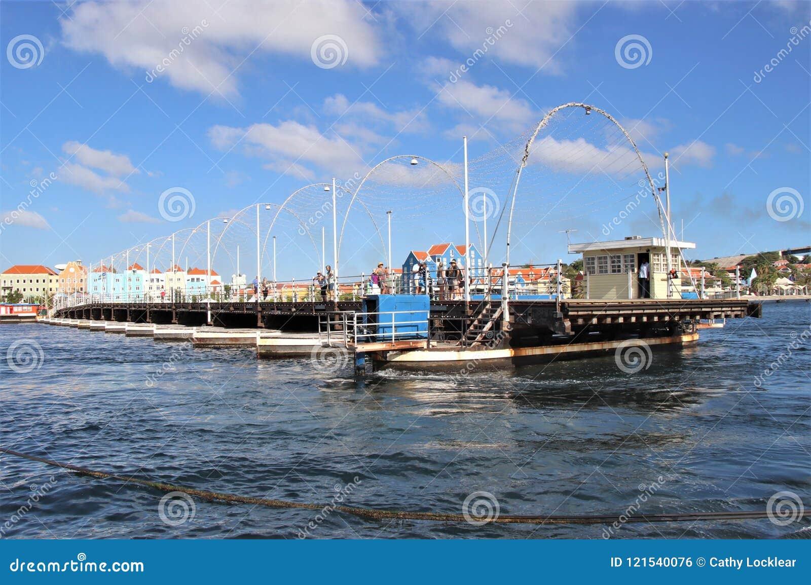 Willemstad, Curaçao - 12/17/17: Reina Emma Pontoon Bridge en Curaçao que balancea hacia fuera para permitir el paso del barco;