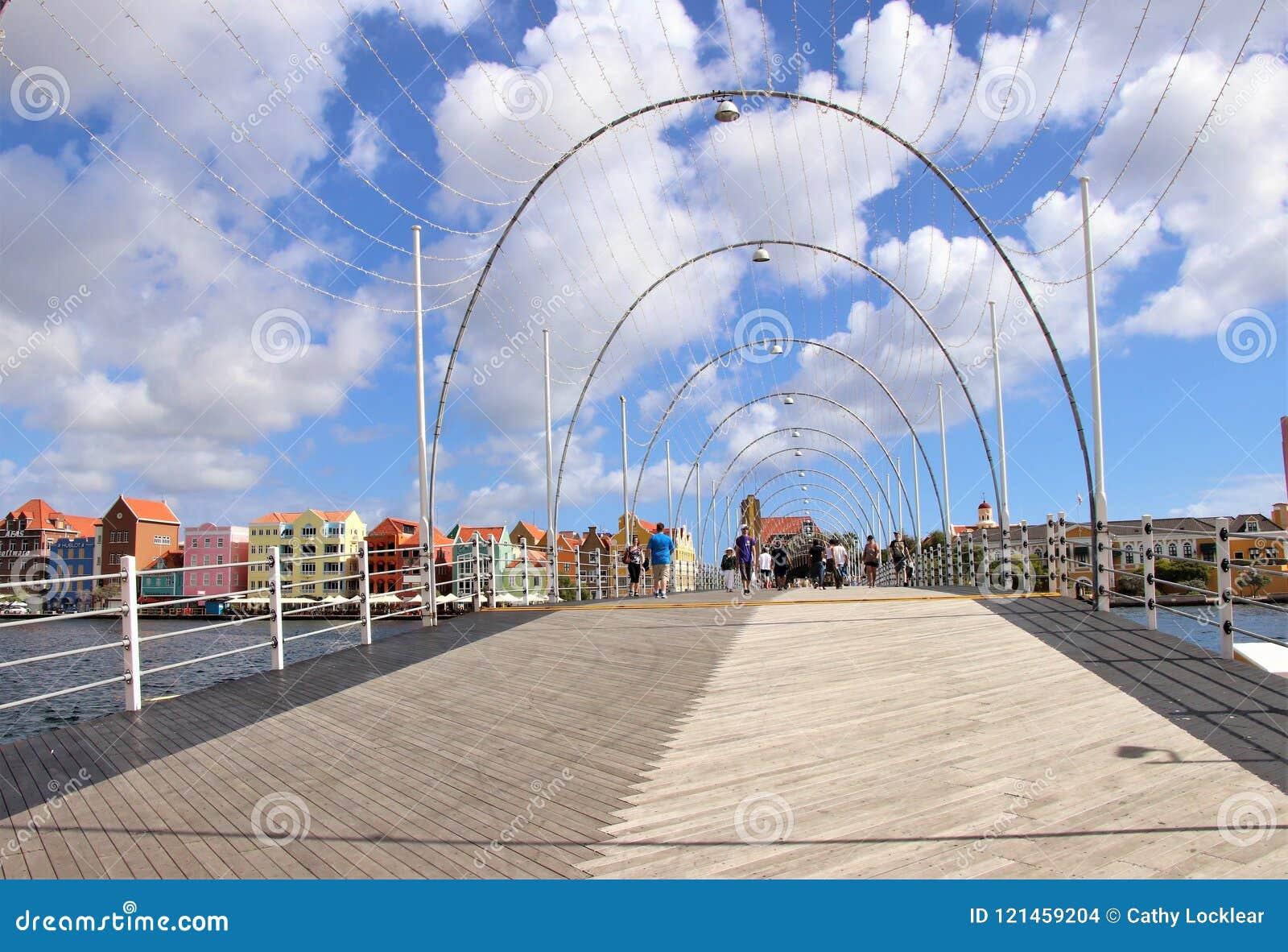 Willemstad, Curaçao - 12/17/17: Reina Emma Pontoon Bridge en Willamstad, Curaçao, en el Netherland Antillas