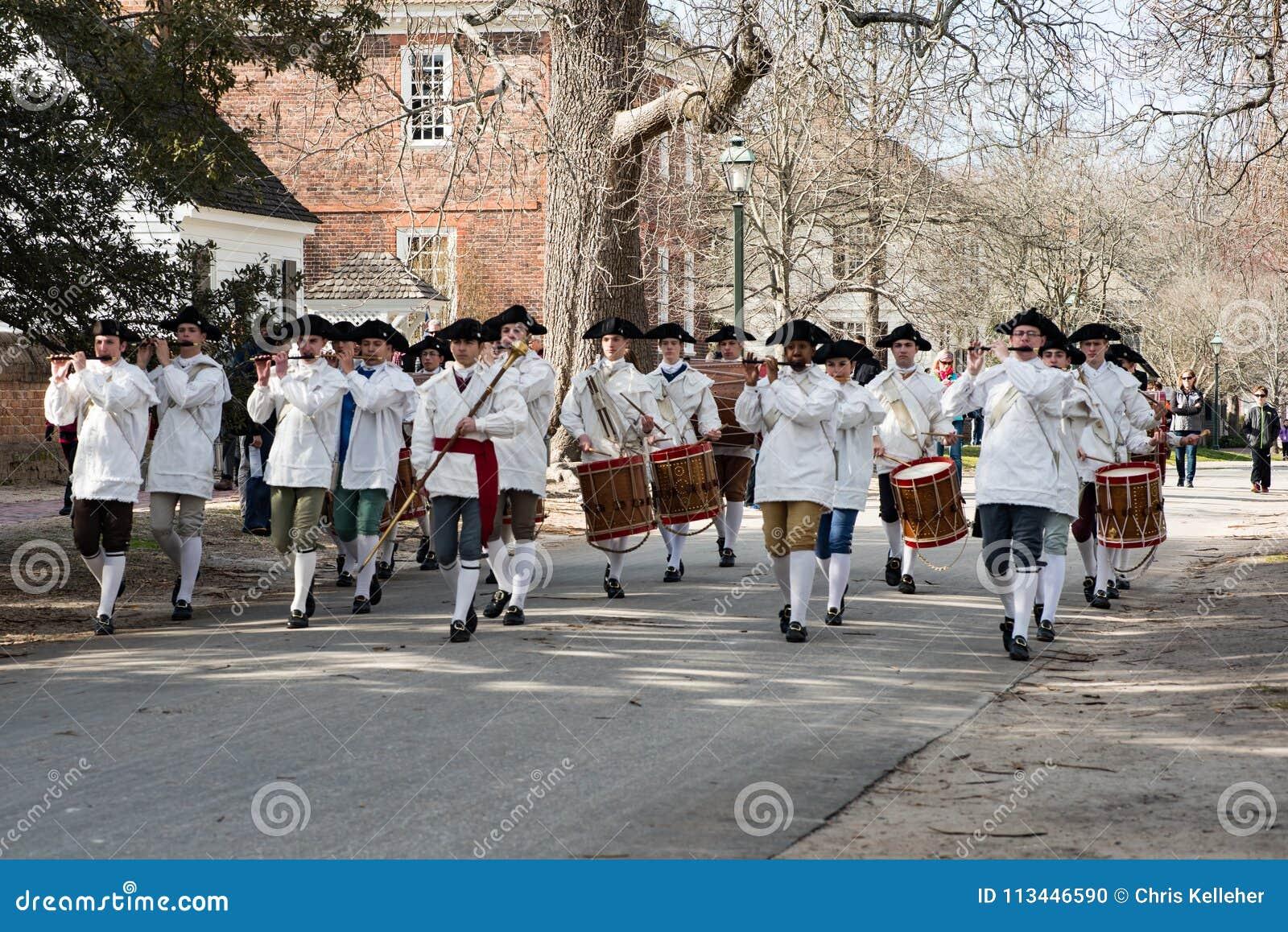 Williamsburg, Virgina - Maart 26, 2018: Het weer invoeren het marcheren band Fife en trommel in Koloniale WIlliamsburg