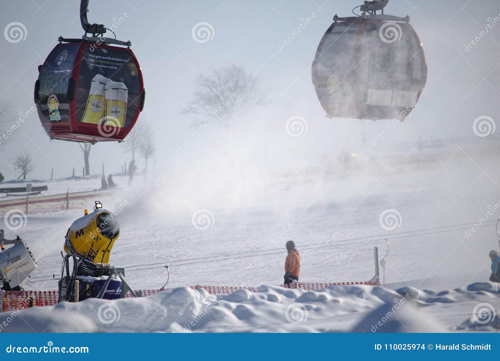 Willingen、德国- 2018年2月7日, -与长平底船推力和雪大炮粉状雪射击云彩的滑雪坡道