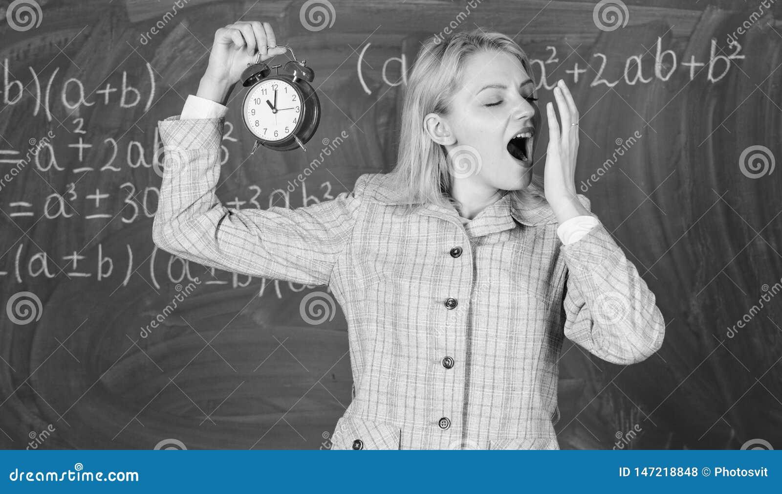 Willkommenes LehrerSchuljahr Erfahrene Erzieheranfangslektion Sie interessiert sich f?r Disziplin Lehreringriffwarnung