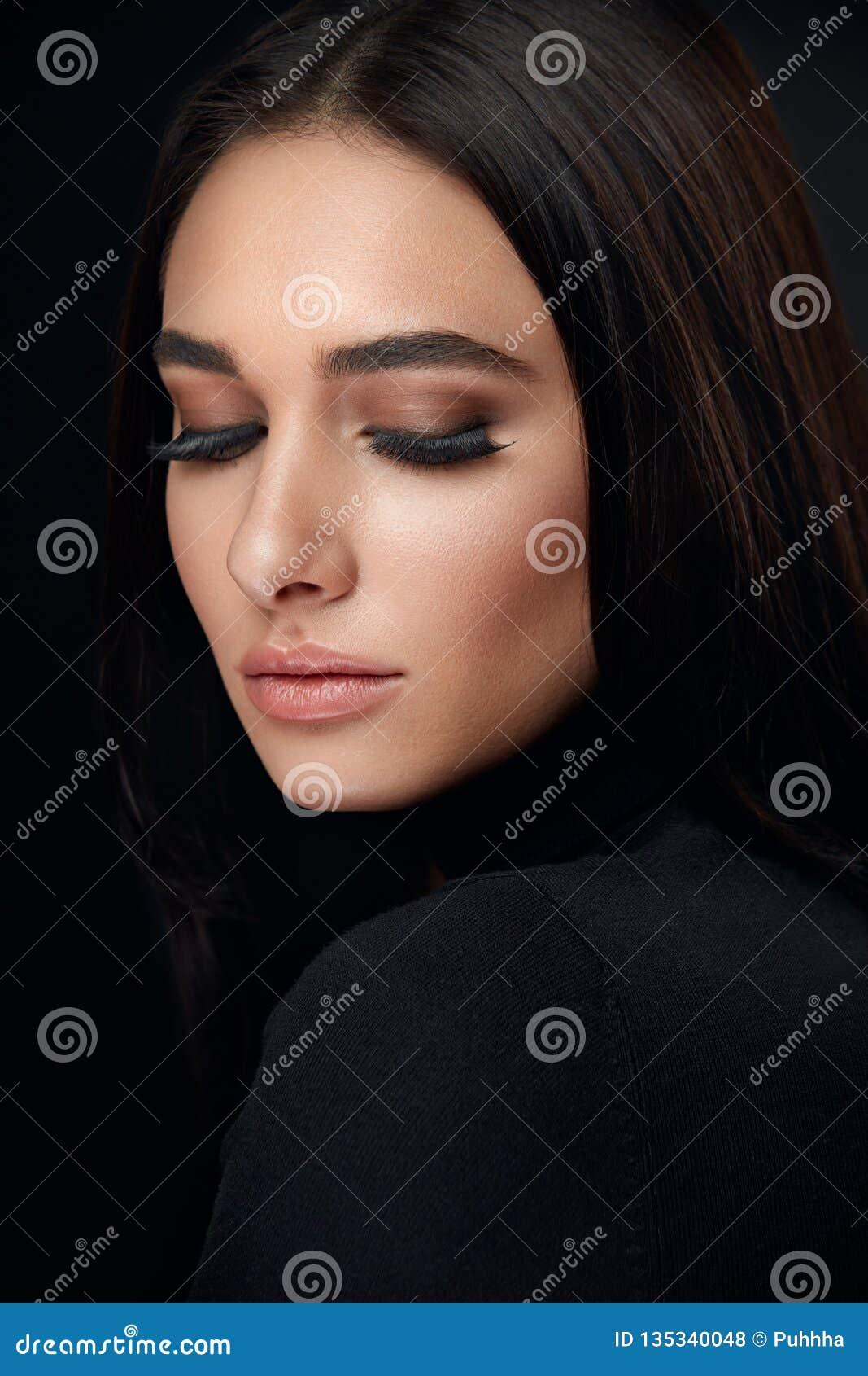 Wimpermake-up Frauen-Schönheits-Gesicht mit schwarzen Peitschen-Erweiterungen