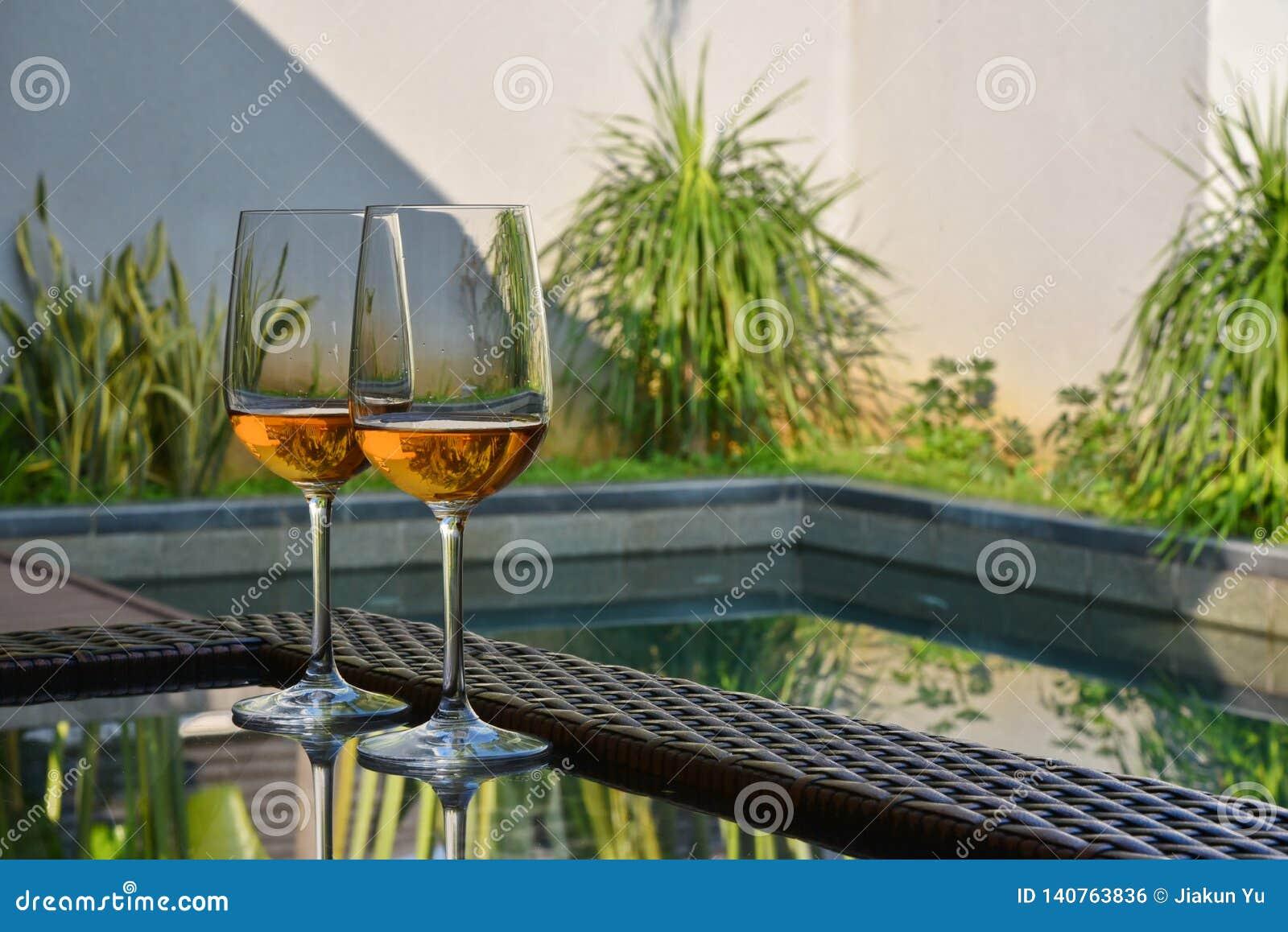 Win szkła na stole basenem