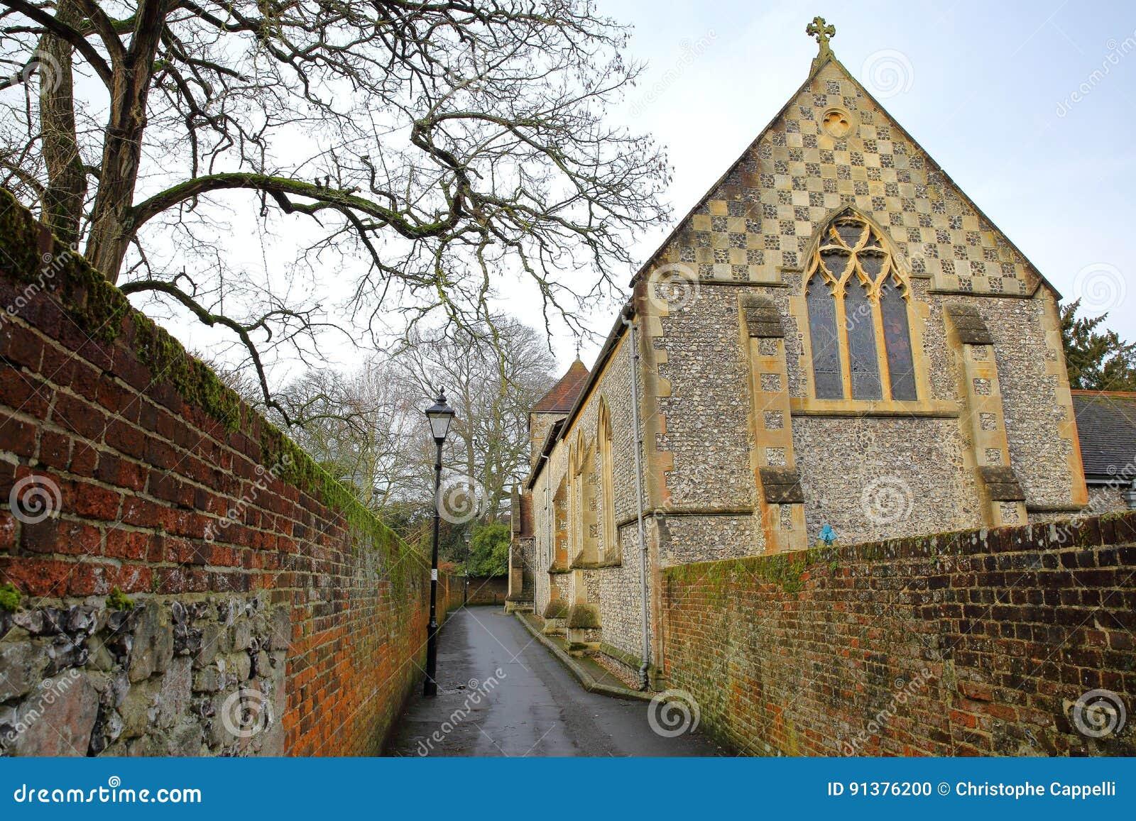 WINCHESTER, UK: Przejście z kolorowymi ścianami prowadzi kościół lokalizować na St Michaels przejściu