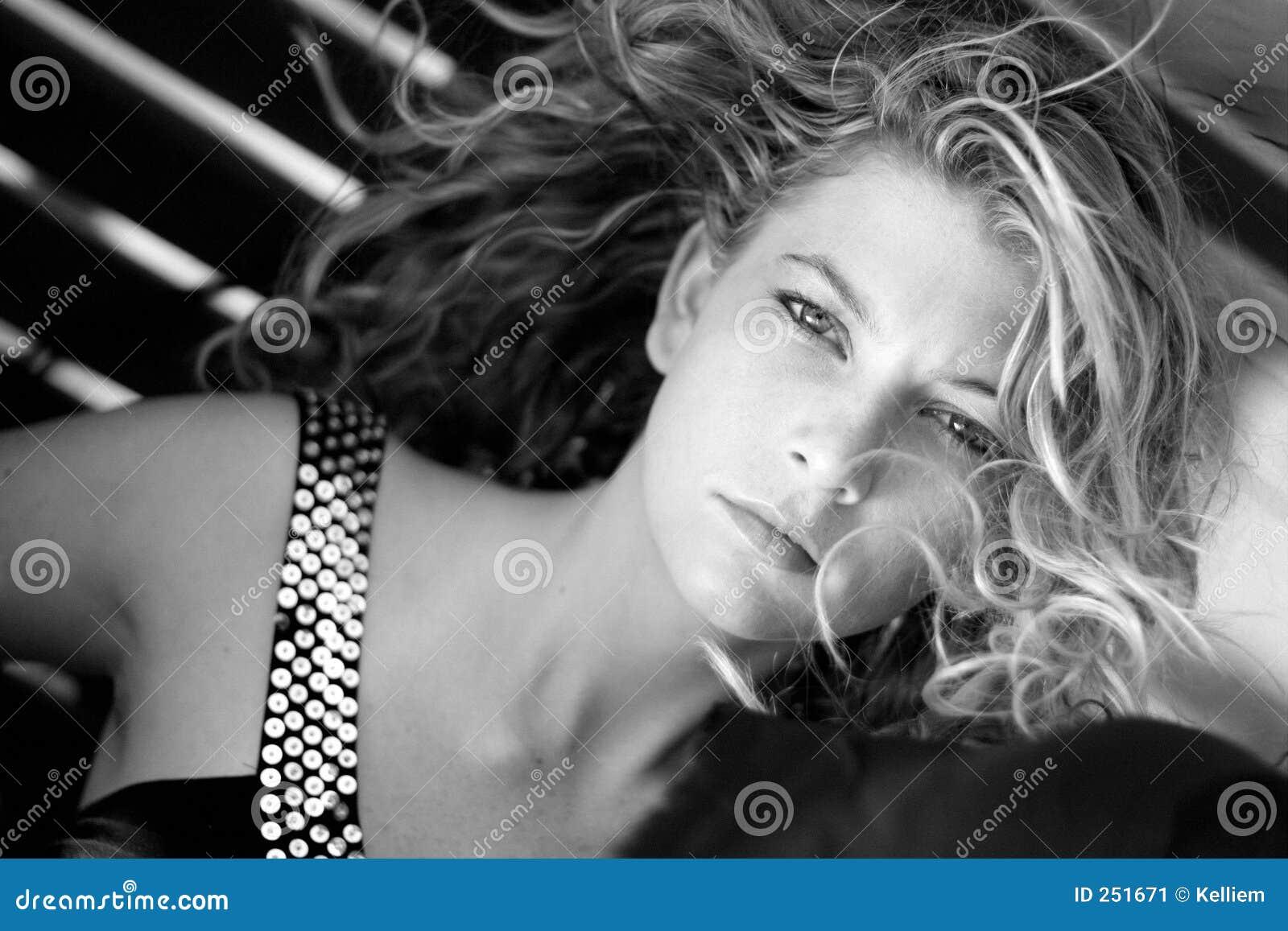 Wind geblazen vrouw