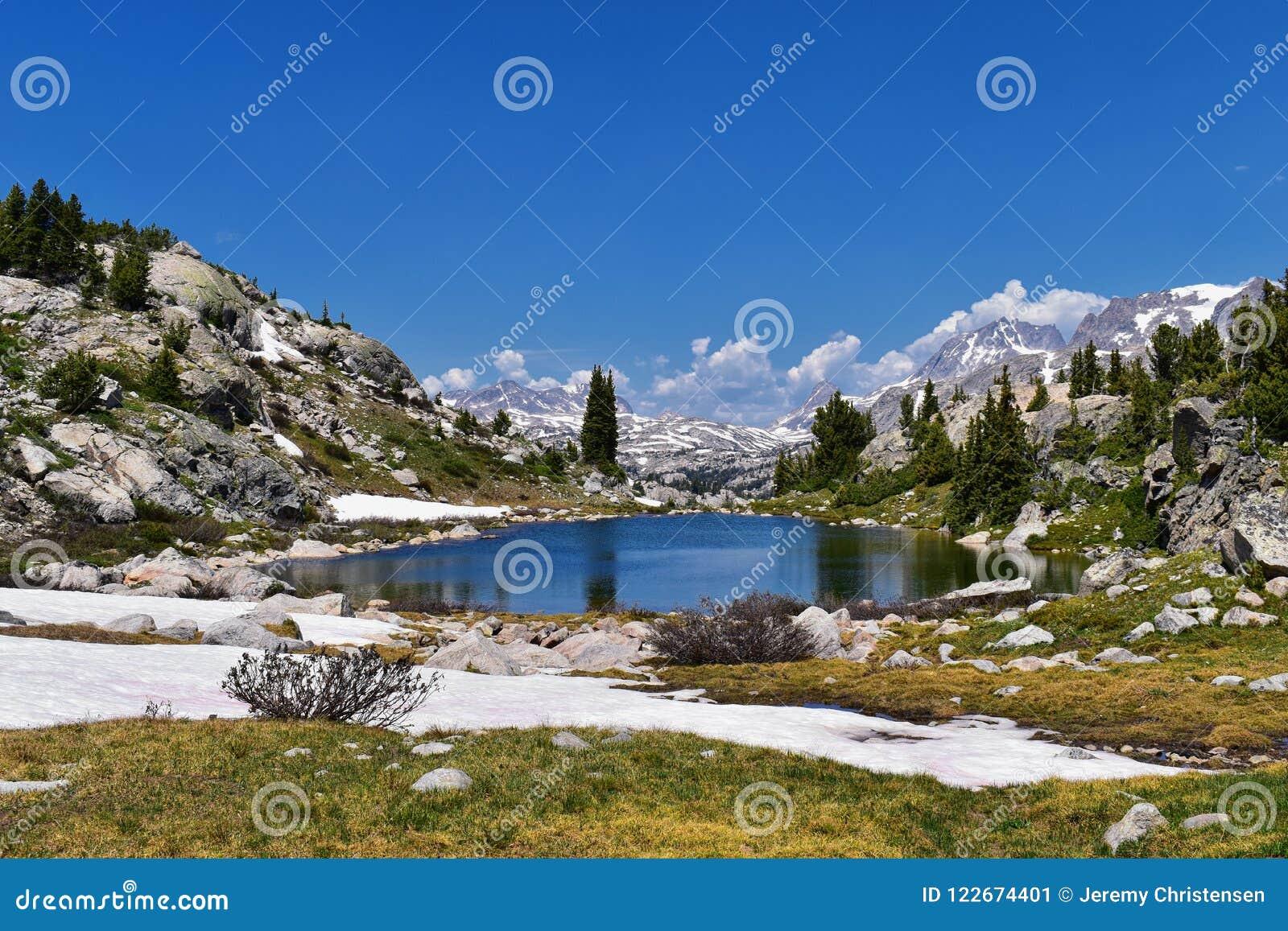 Wind River område, Rocky Mountains, Wyoming, sikter från fotvandring som fotvandrar slingan till den Titcomb handfatet från Elkha