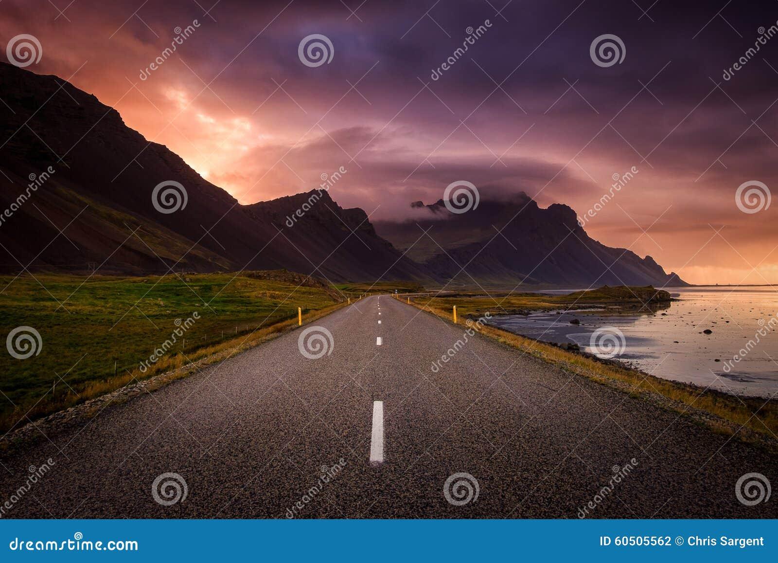 Windende weg en bergen bij dageraad
