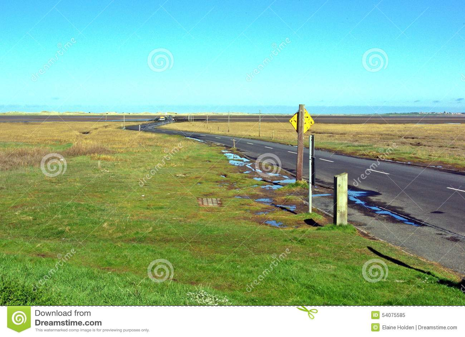 Windende weg op verhoogde weg