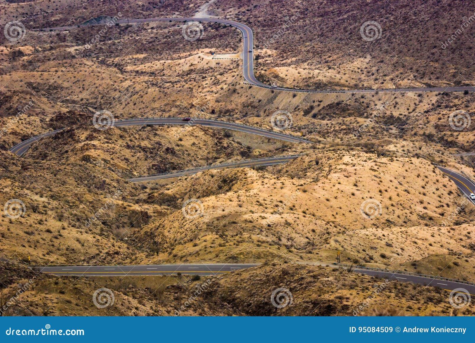 Windende woestijnweg