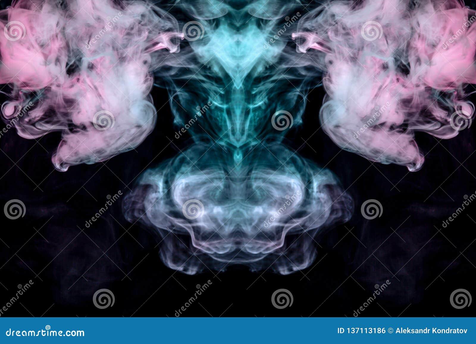 Windenverdunstungslocken des rauches in Form eines großartigen, mystischen Kopfes eines merkwürdigen Tieres in der Flamme des Feu