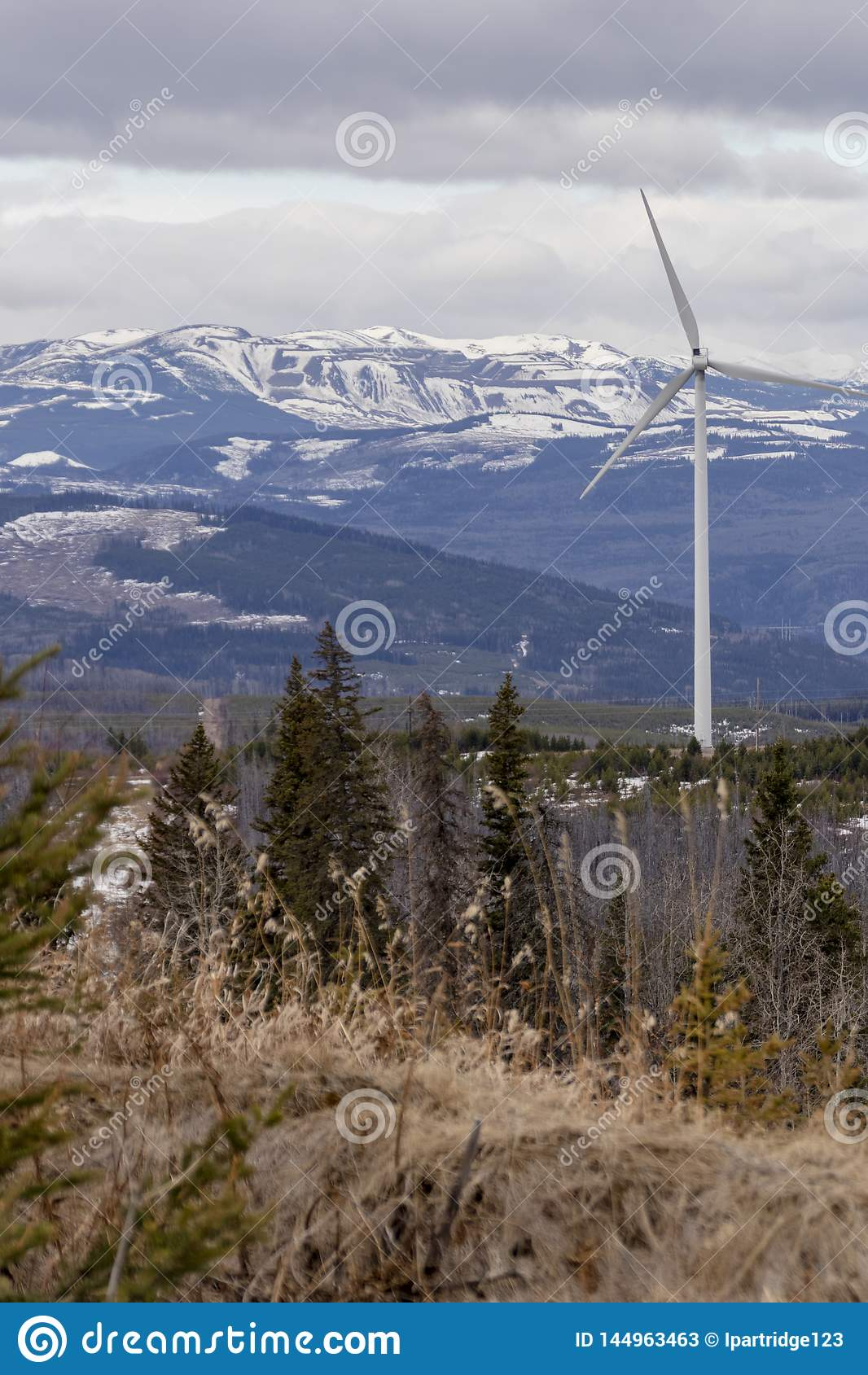 Windkraftanlage mit Bergblick