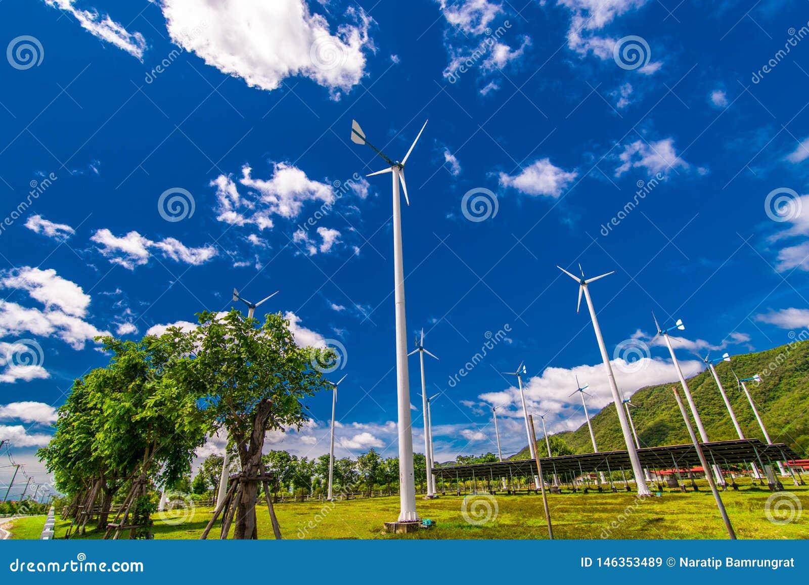 Windkraftanlagen, Solarenergie mitten in den Ebenen