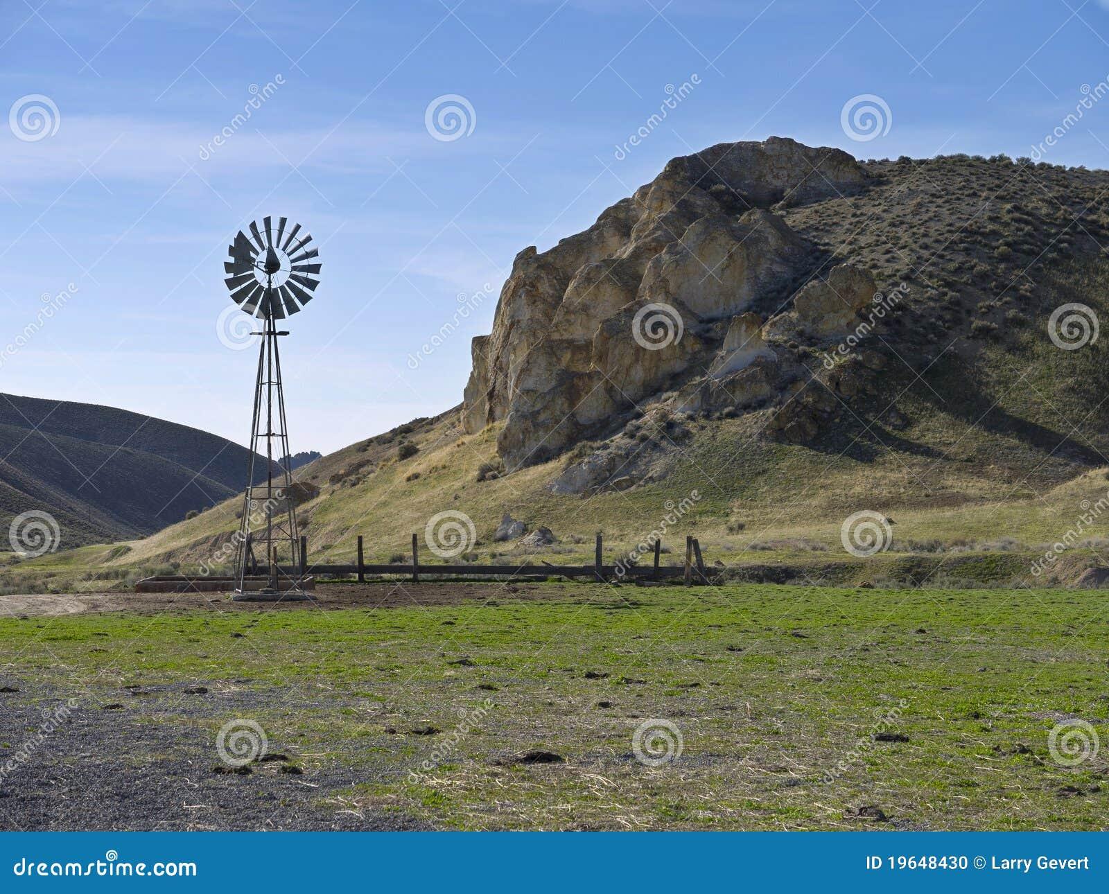 Windmühle auf einer szenischen Ranch