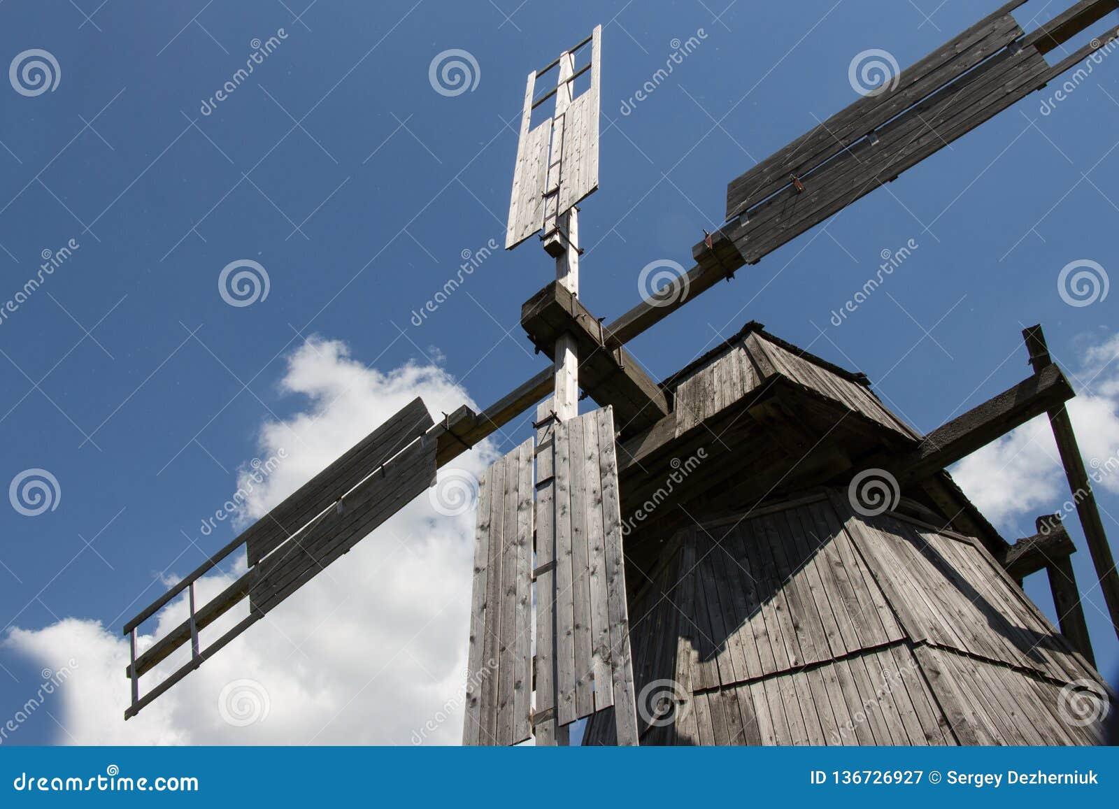 Windmühle, Blätter, blauer Himmel, Wolken