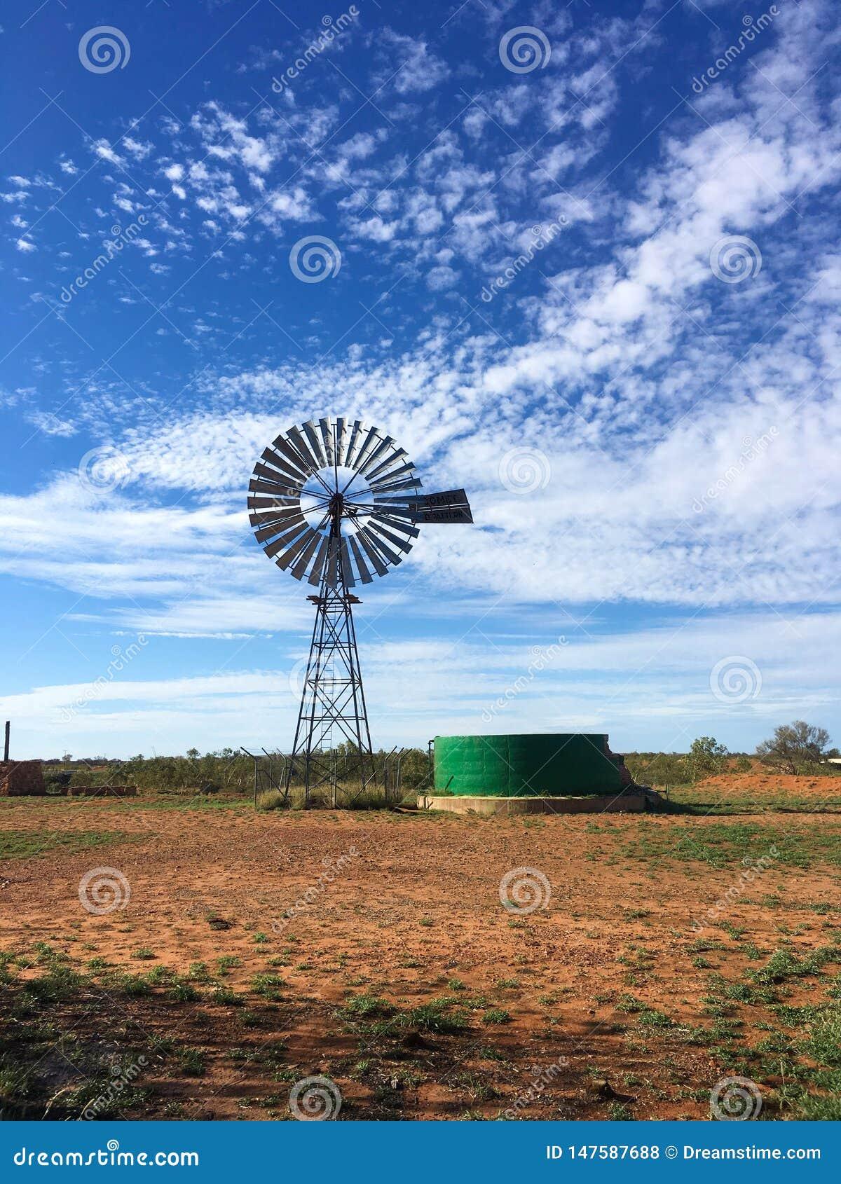 Windmühle in der Wüste in Australien