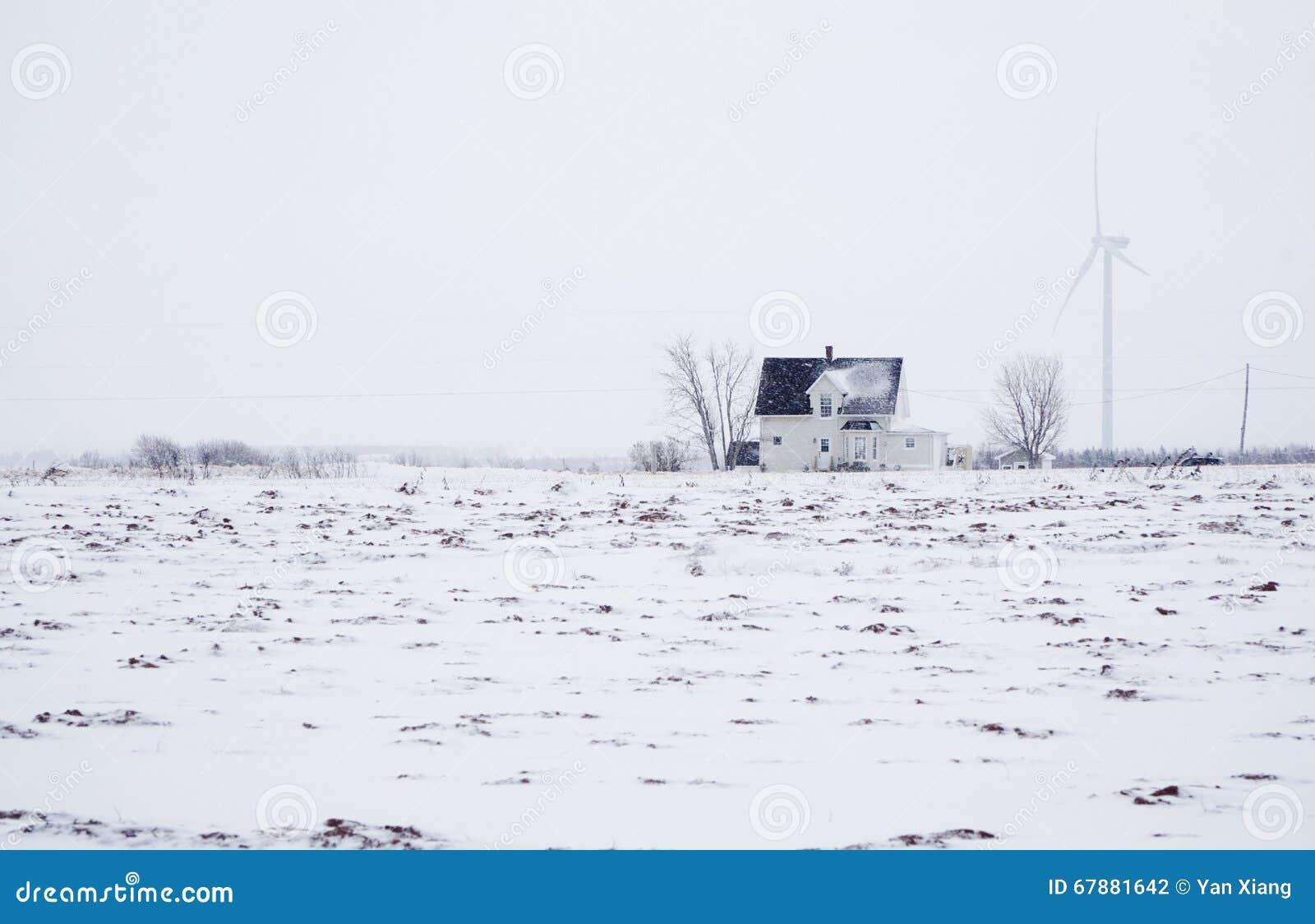 Windmühle und Bauernhaus auf dem Schneegebiet