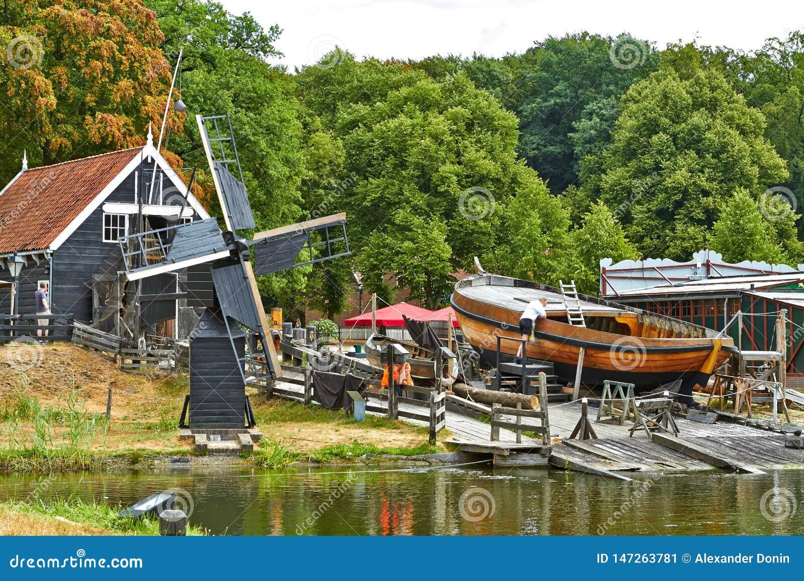 Windmolens dicht bij een meer in Arnhem