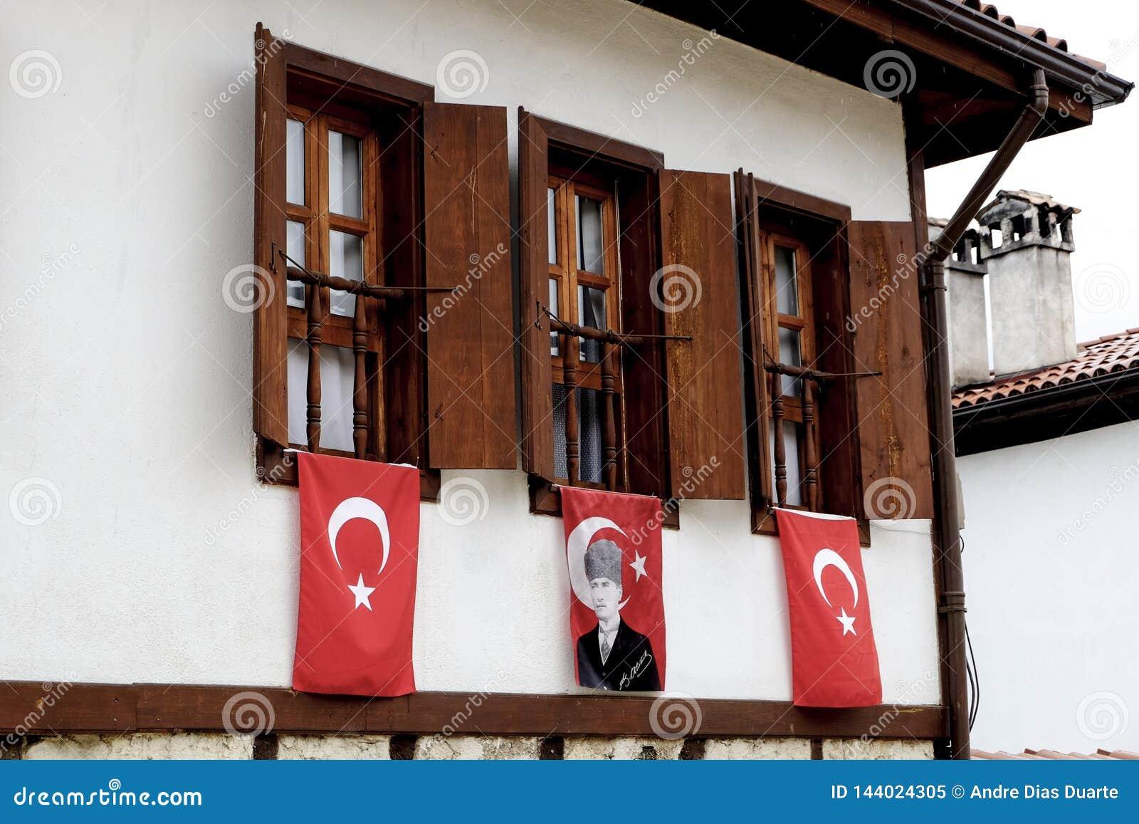 Windows avec des drapeaux dans Safanbolu