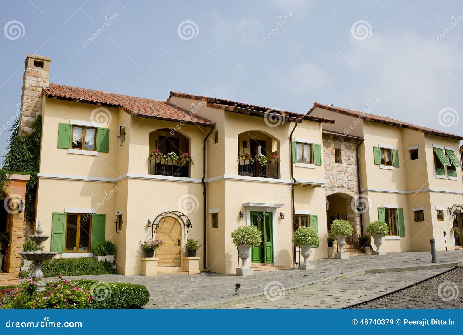 Windows balc n en el estilo de toscana de la casa italia - Casas de estilo italiano ...