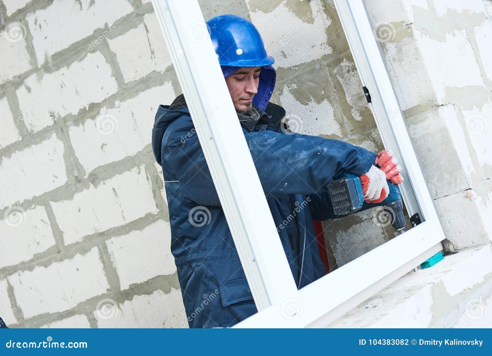 Windows instalacja pracownicy budowlani instaluje ramę w aperturę