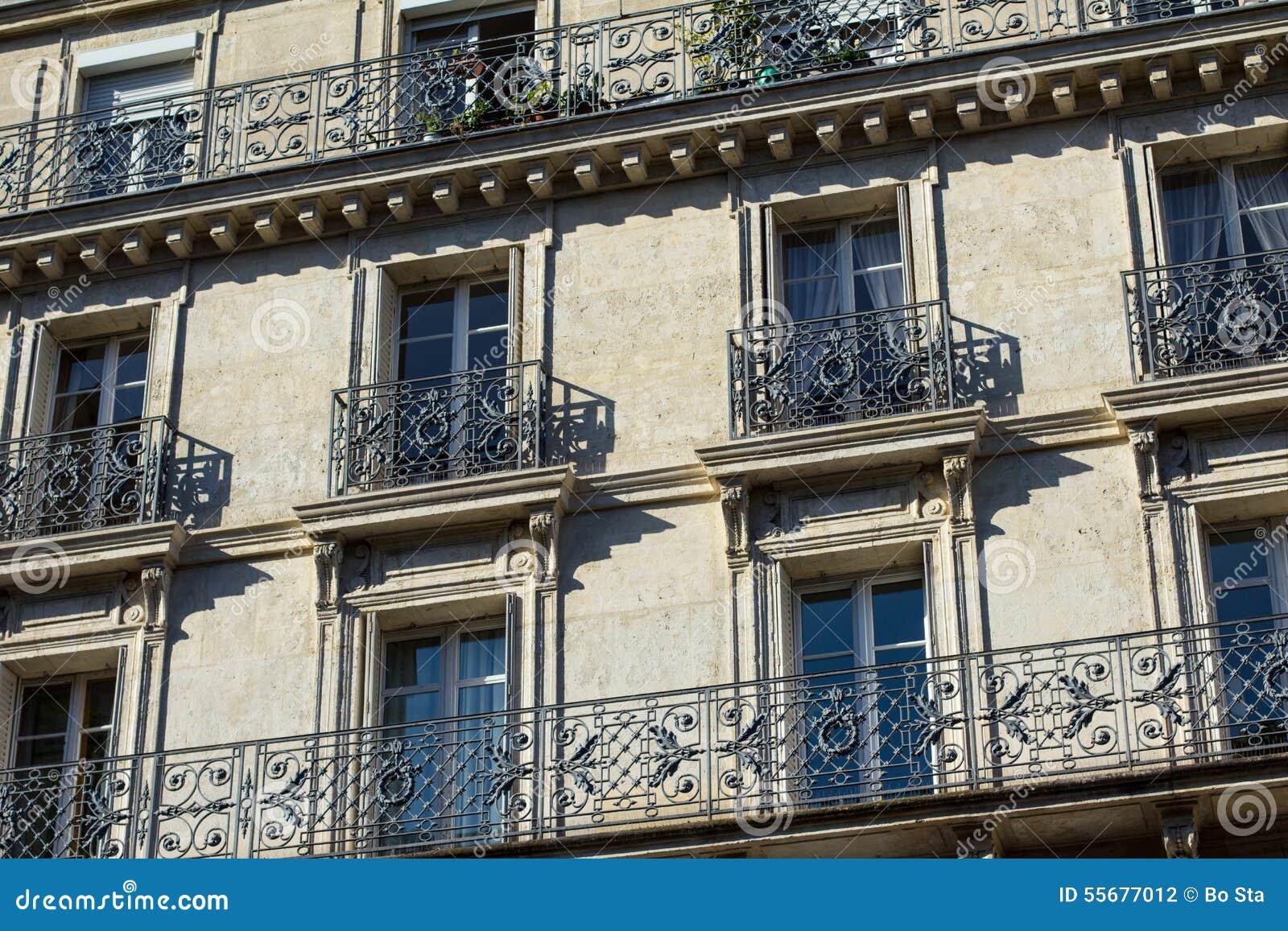 Windows och balkonger av traditionell paris arkitektur - Balcones de forja antiguos ...