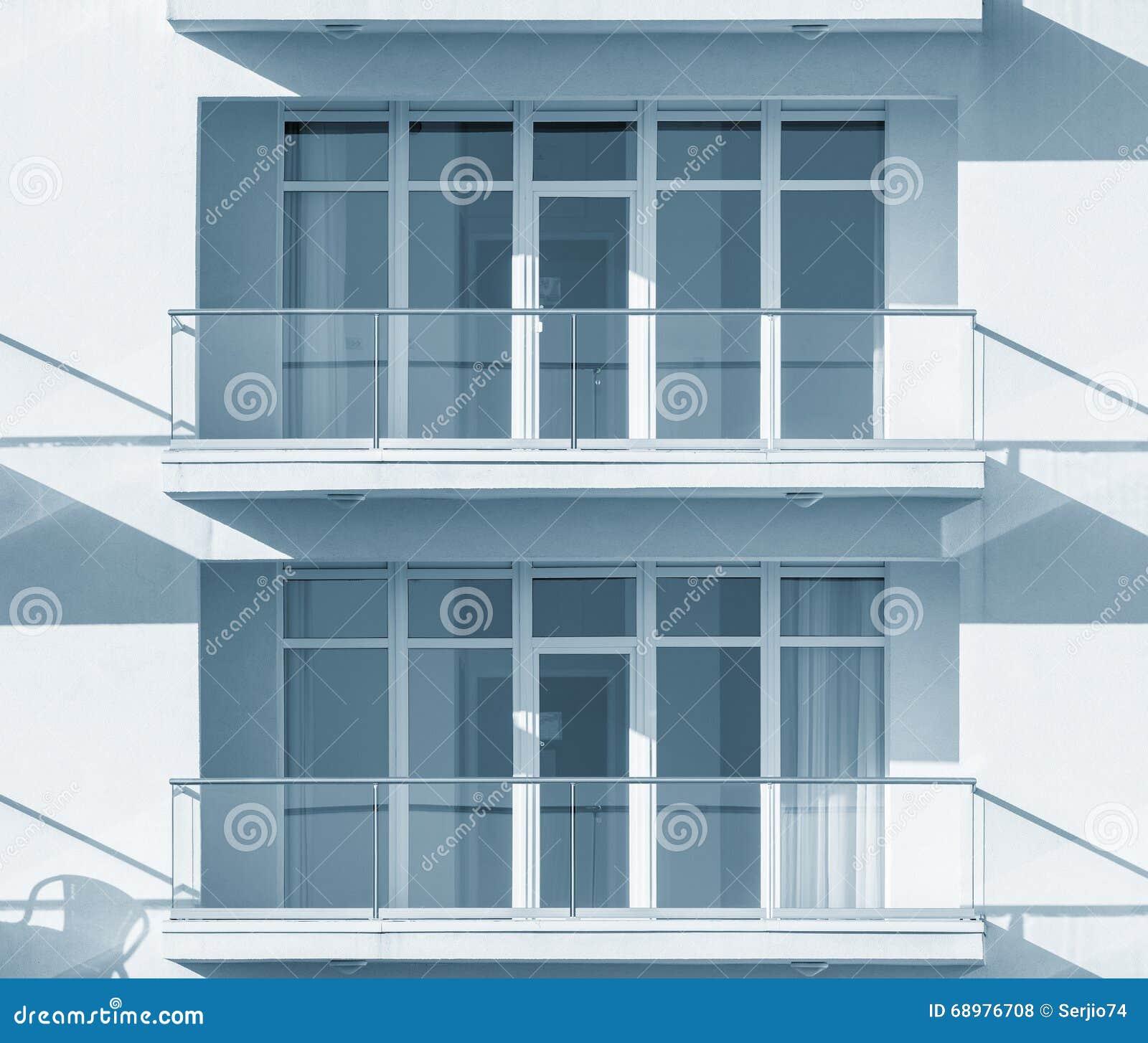 Windows y balcones de la nueva casa urbana