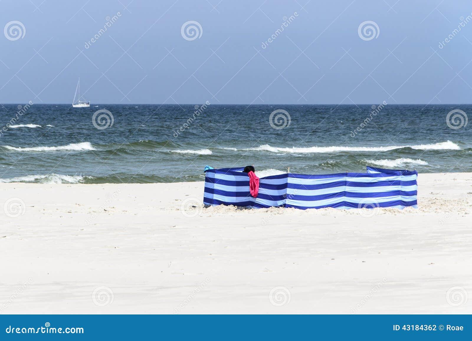 windschutz auf einem breiten goldenen strand an der. Black Bedroom Furniture Sets. Home Design Ideas