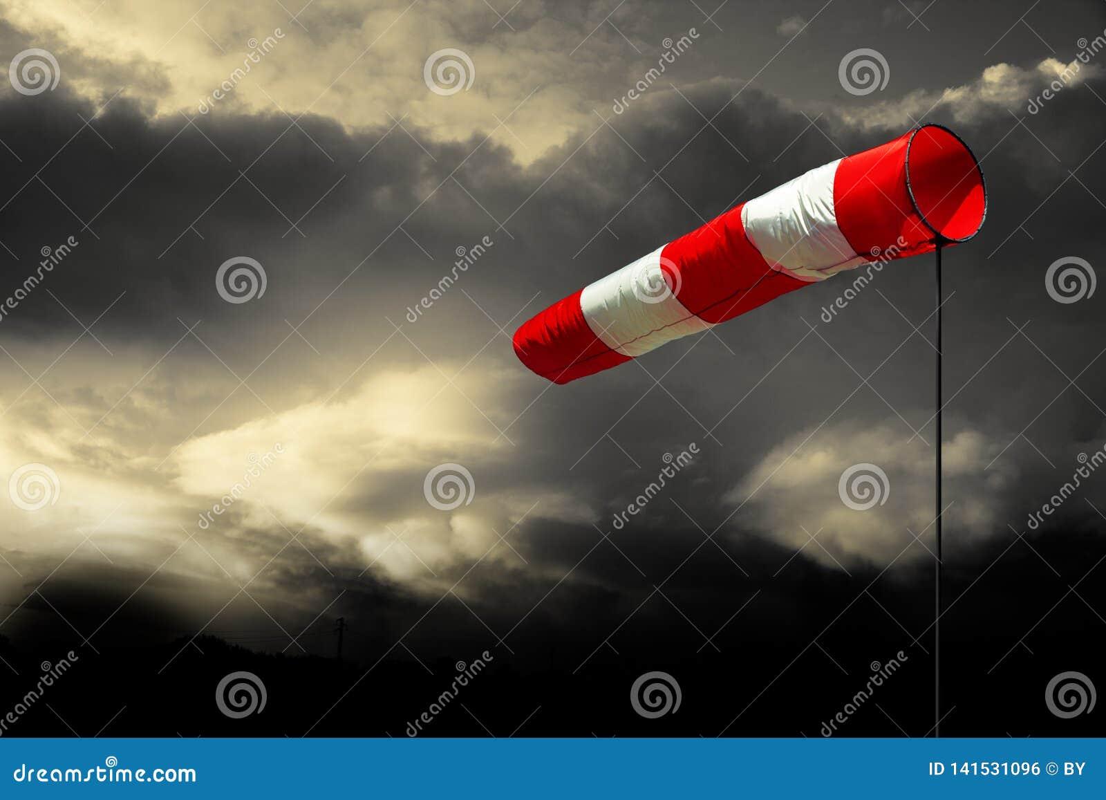 Windsock w Chmurnym niebie