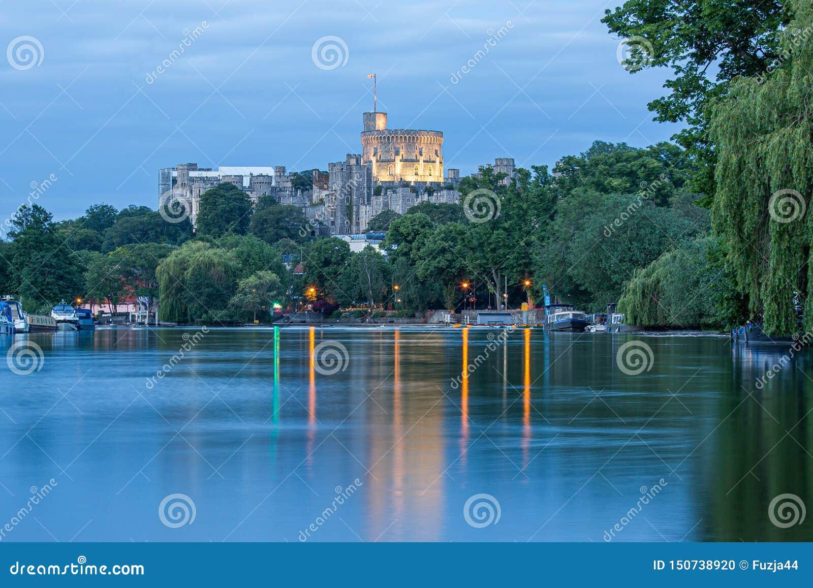 Windsor Castle donnant sur la Tamise, Angleterre