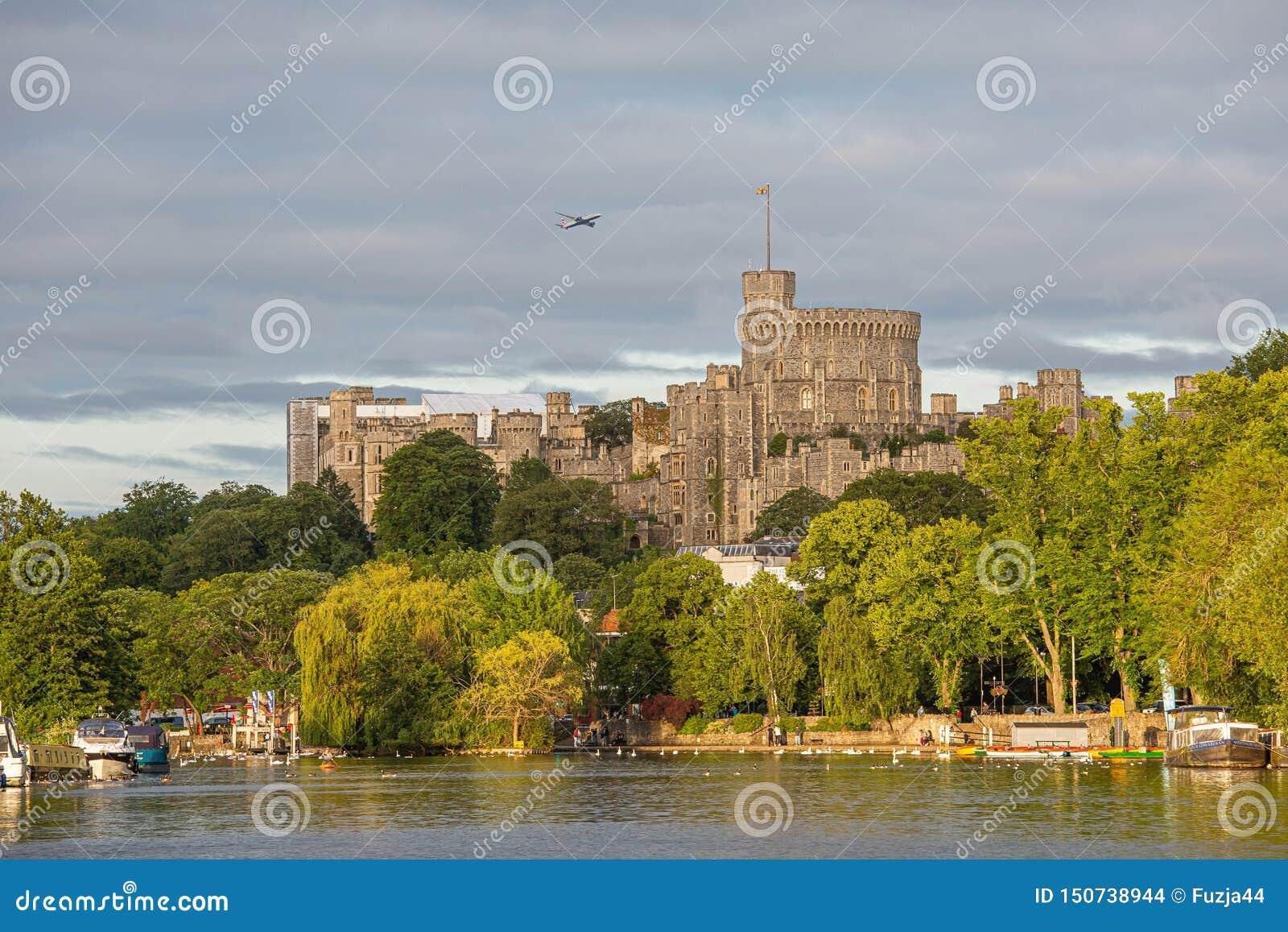 Windsor Castle que pasa por alto el río Támesis, Inglaterra