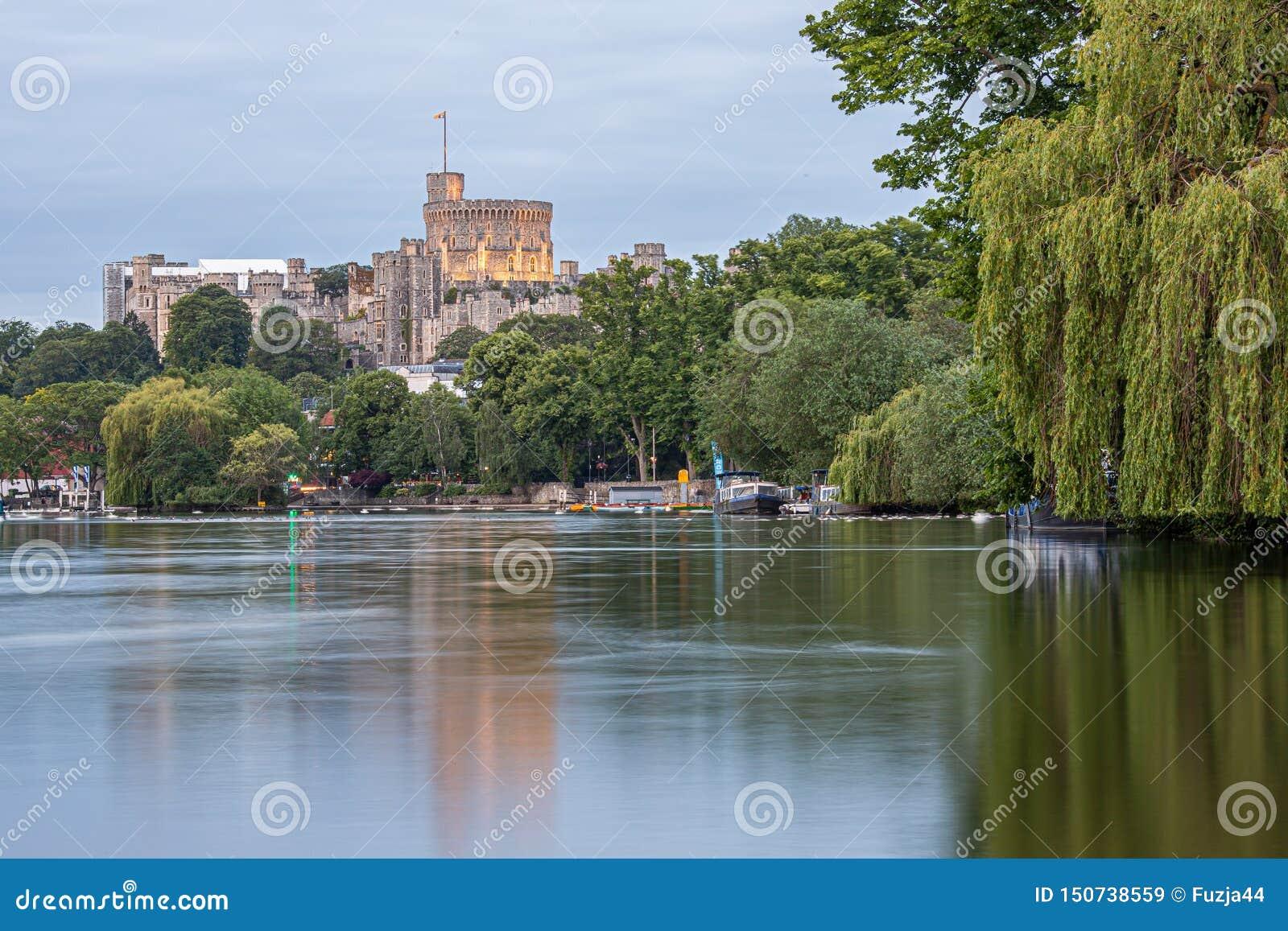 Windsor Castle som förbiser flodThemsen, England
