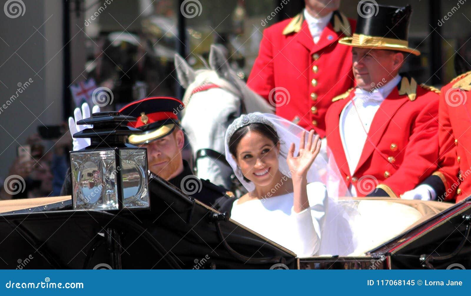 Windsor, Reino Unido - 19/5/2018: A procissão do casamento do príncipe Harry e do Meghan Markle através das ruas de Windsor supor