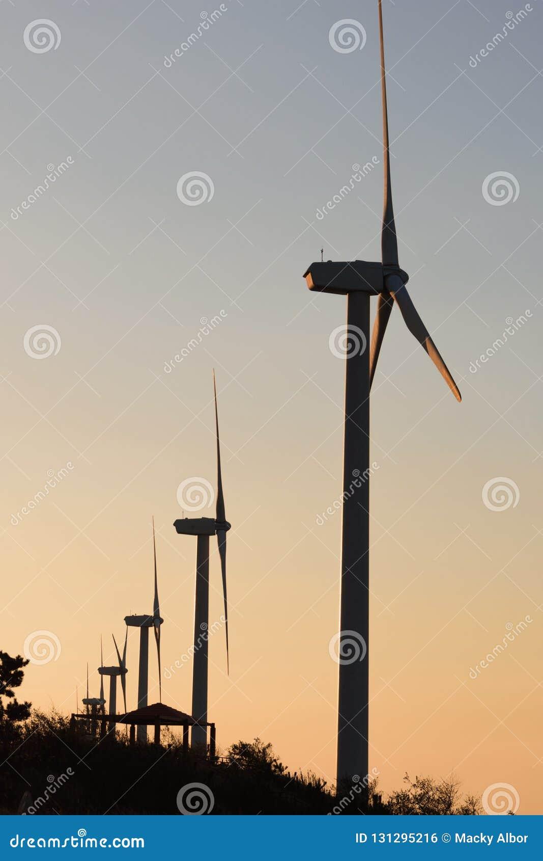 Windstromgenerator ausgerichtet bei der Dämmerung oder Sonnenuntergang, die Schattenbildeffekt machen