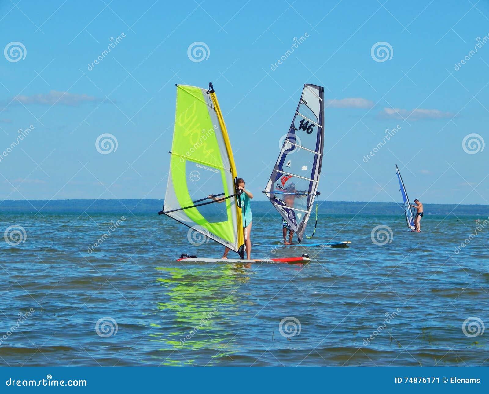 Windsurfe no lago Plescheevo perto da cidade de Pereslavl-Zalessky em Rússia