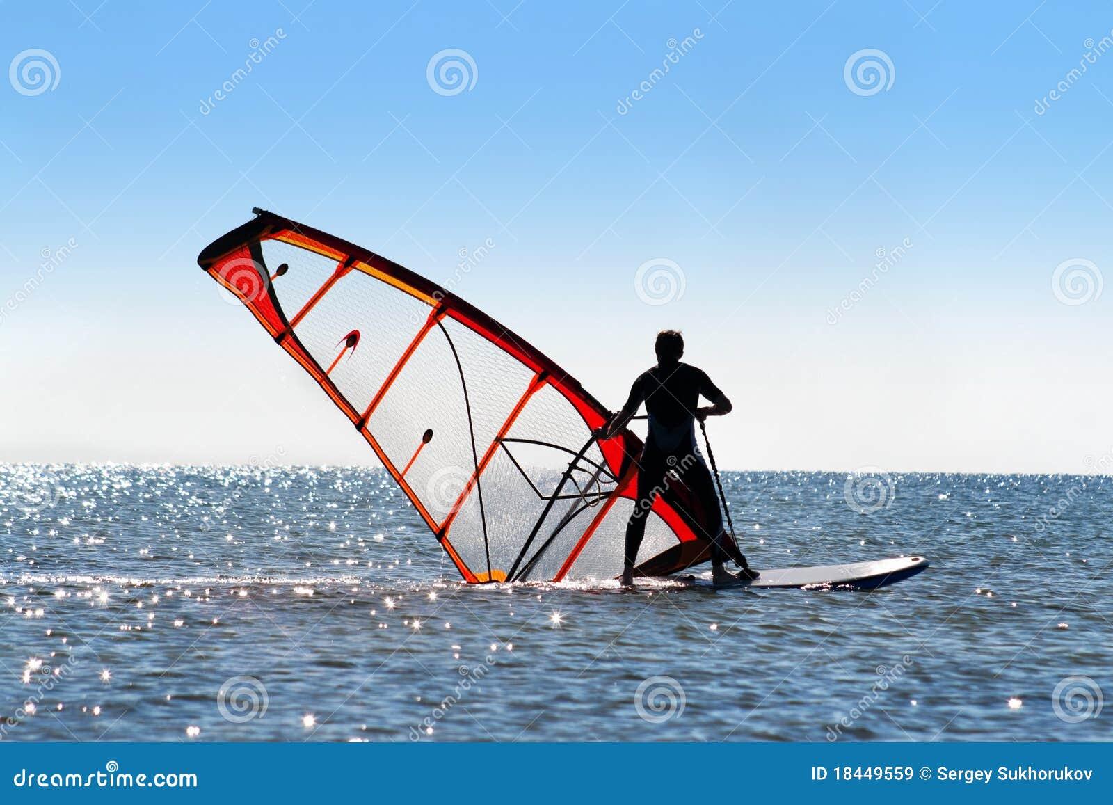 Windsurfer hebt das Segel auf