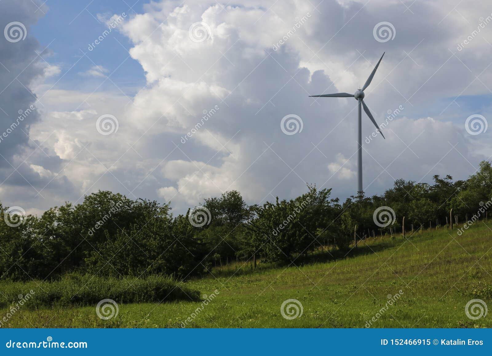 Windturbine en overweldigende wolken
