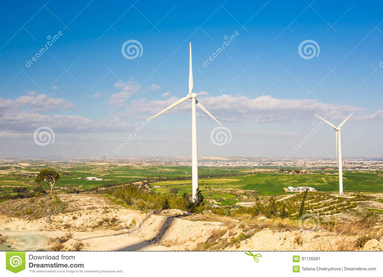 Windturbines die elektriciteit met blauwe hemel produceren - het concept van het energiebehoud