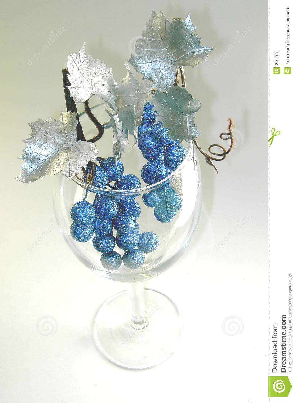 Wine glass with glittery fruit silver leaves
